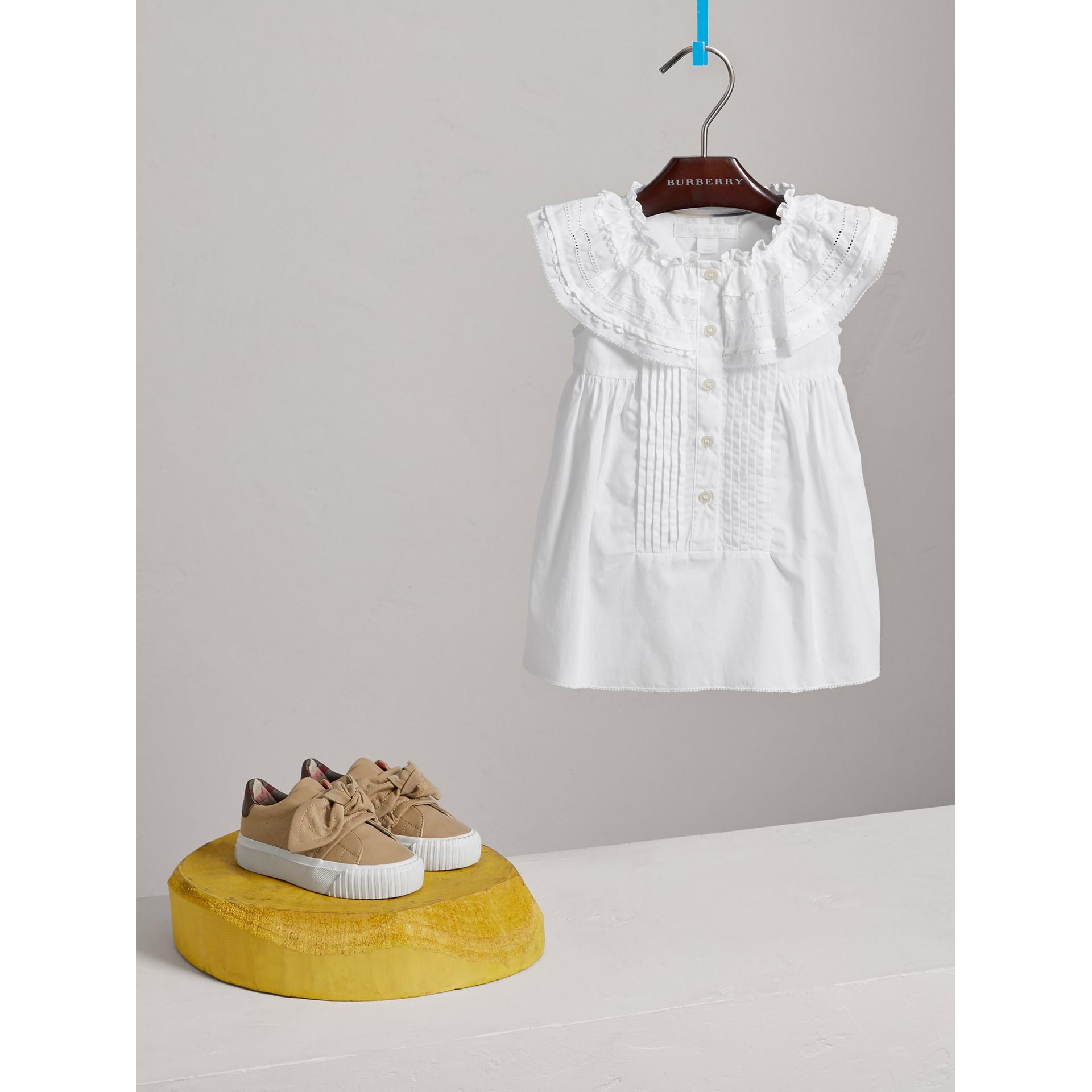 레이스 핀턱 디테일 코튼 에이라인 드레스 (화이트) | Burberry - 갤러리 이미지 0