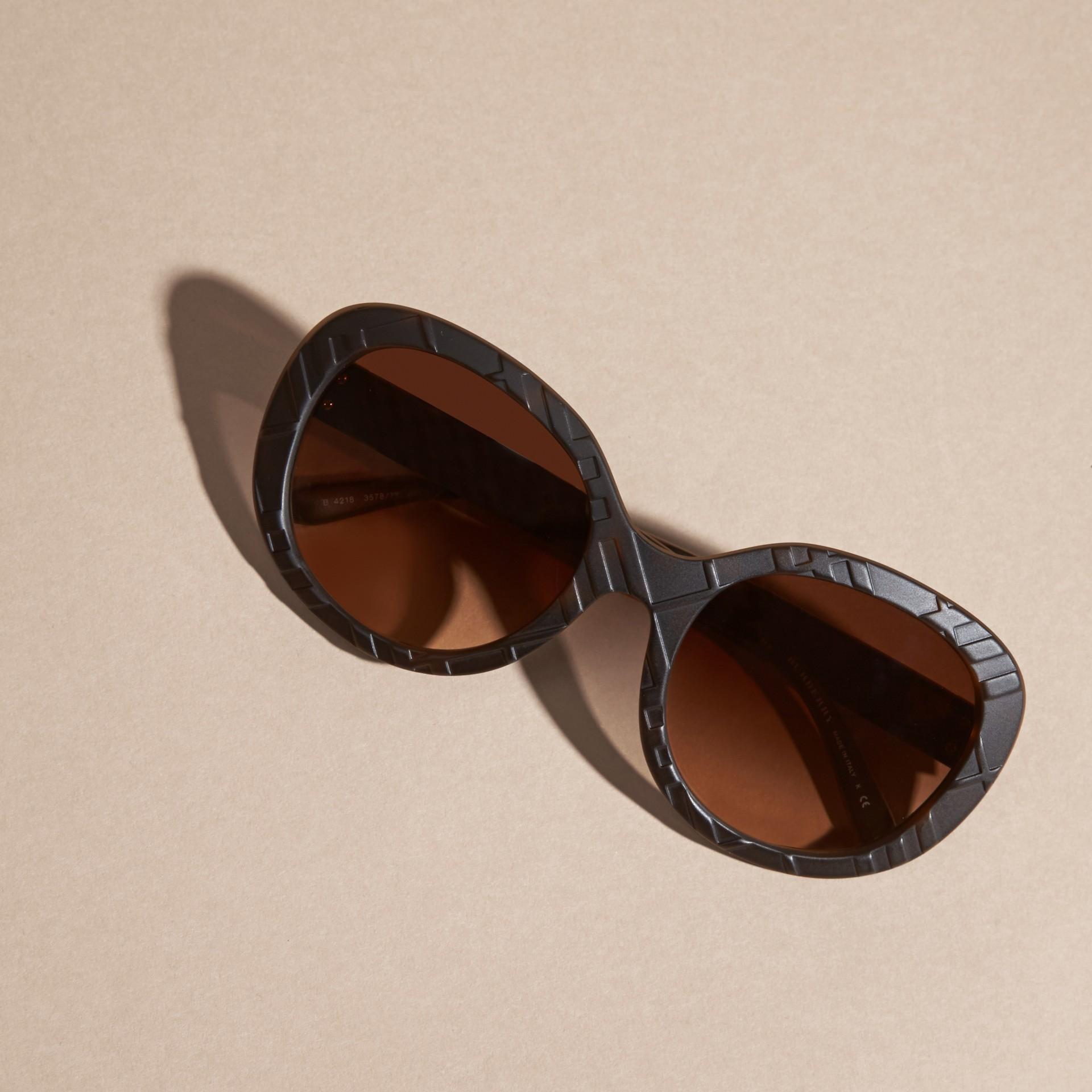 Écaille de tortue Lunettes de soleil rondes avec détails check tridimensionnels Écaille  Tortue - photo de la galerie 5