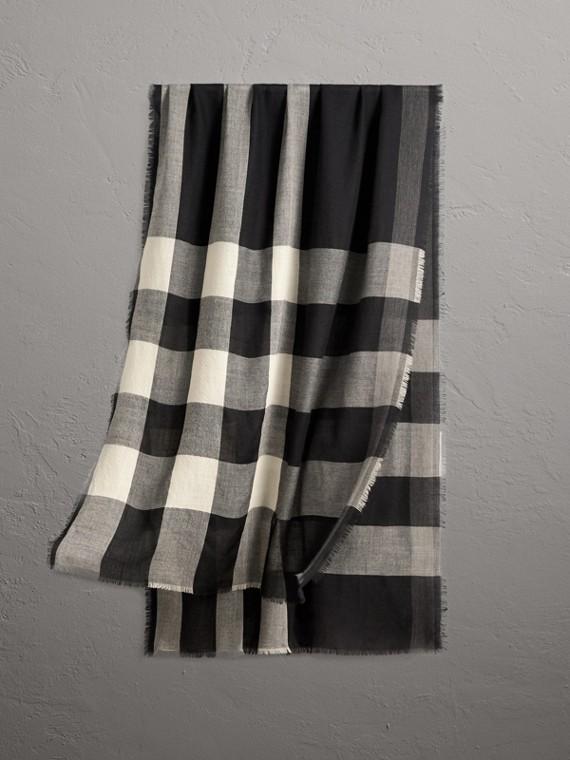 Leggera sciarpa in cashmere con motivo tartan (Nero)