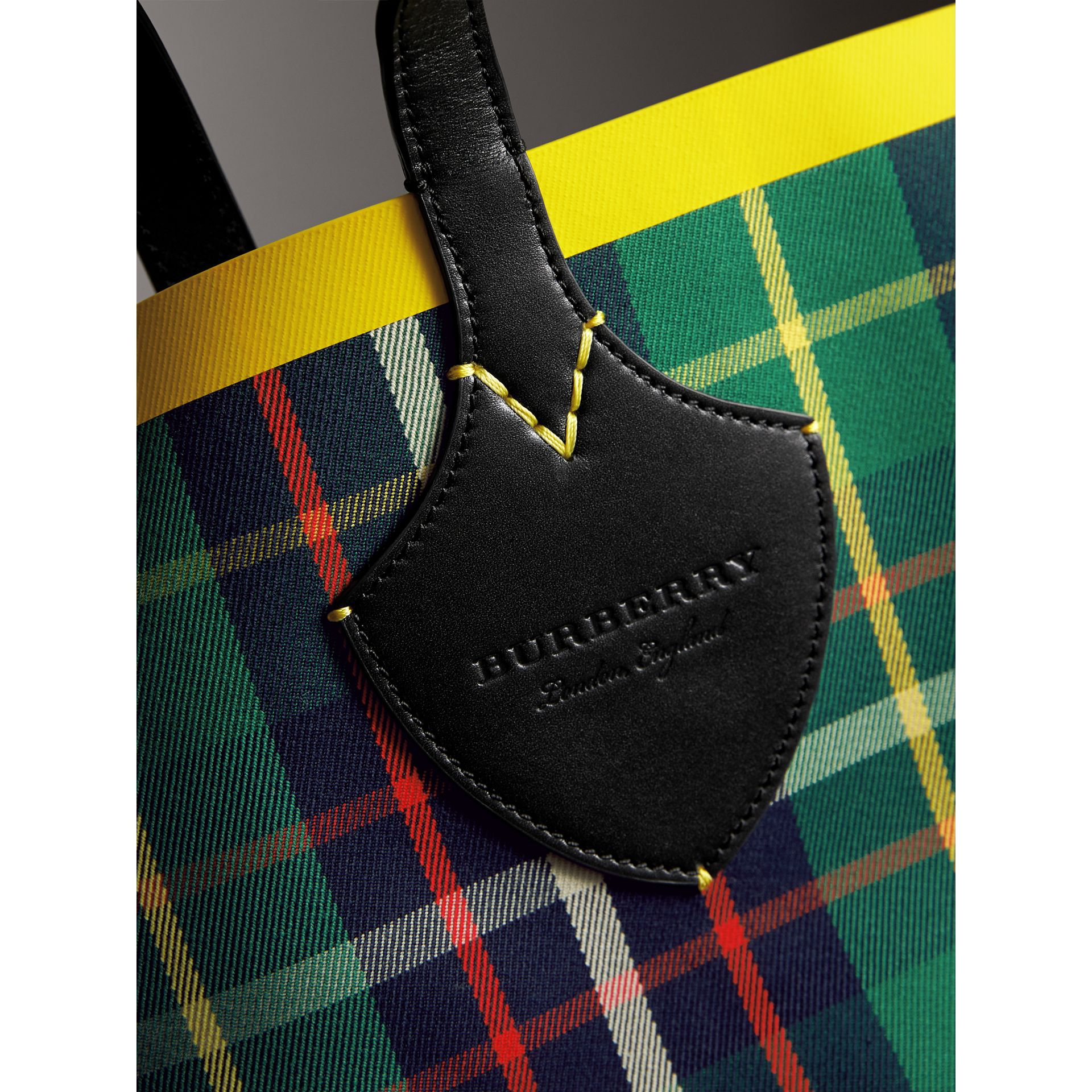 Borsa tote The Giant media double face in cotone con motivo tartan (Verde Foresta/navy Oltremare) | Burberry - immagine della galleria 2