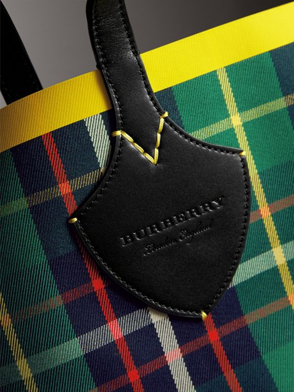 The Medium Giant Reversible Tote in Tartan Cotton in Forest Green/deep Navy | Burberry - cell image 1