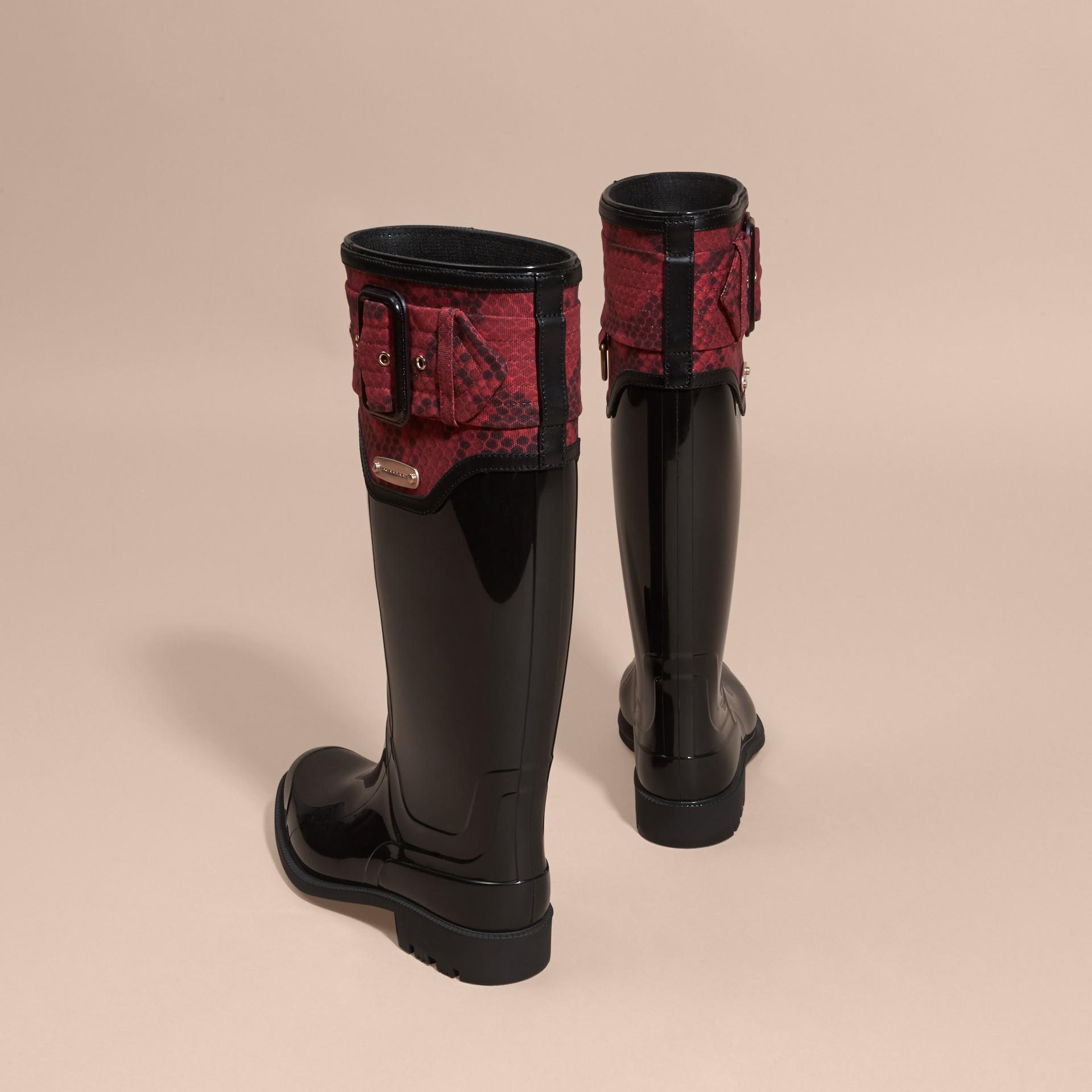 黑色/溫莎紅 蟒紋細節設計雨靴 黑色/溫莎紅 - 圖庫照片 3