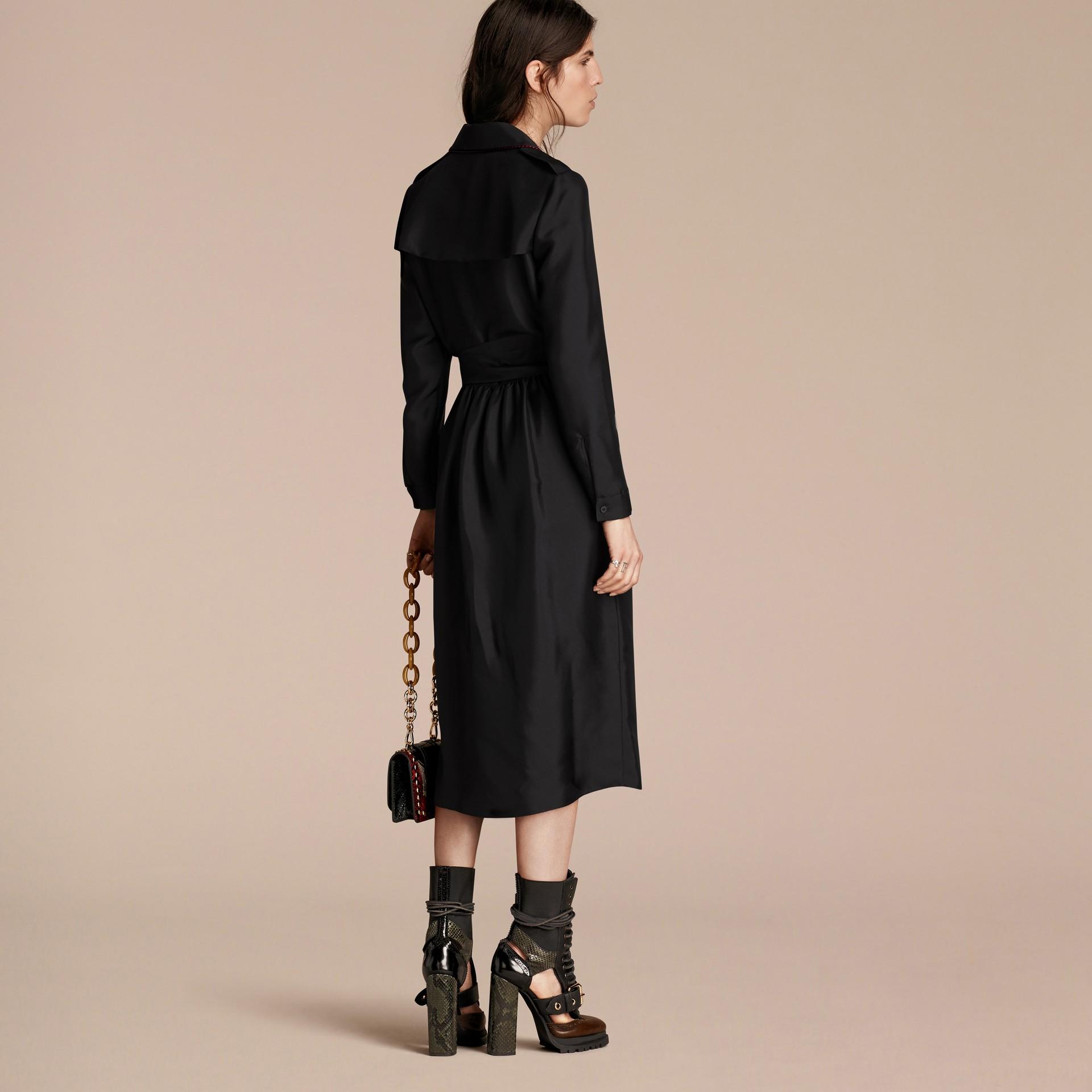 Preto Vestido Trench estilo wrap de seda com debrum militar - galeria de imagens 3