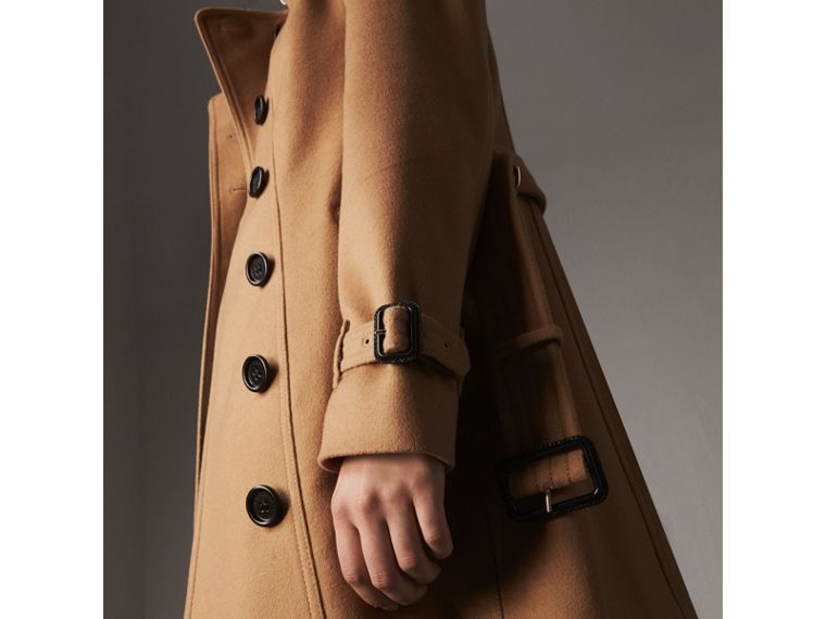 Trench coat in lana e cashmere con collo in pelliccia (Cammello) - Donna | Burberry - cell image 1
