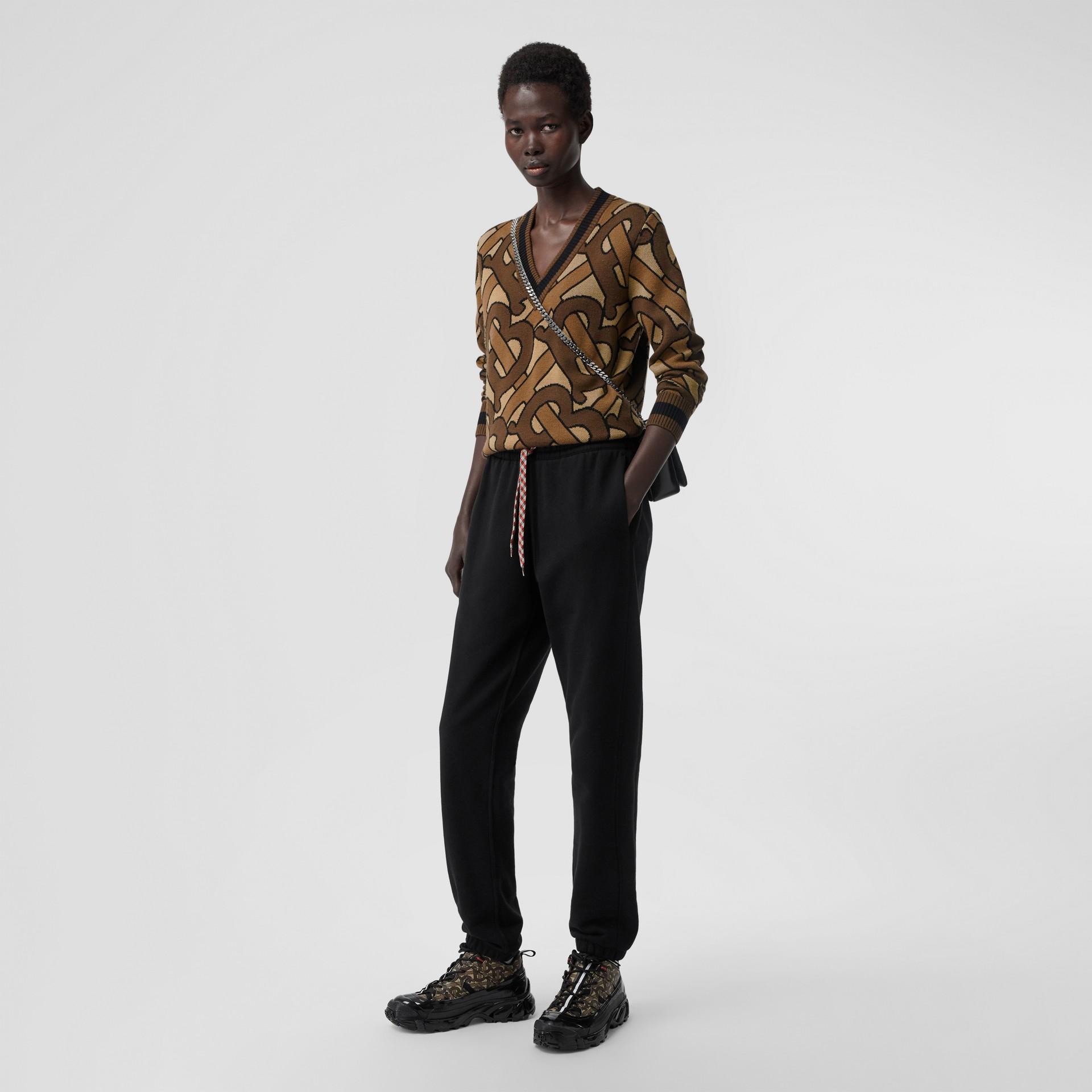 모노그램 인타르시아 울 브이넥 스웨터 (브라이들 브라운) - 여성   Burberry - 갤러리 이미지 5