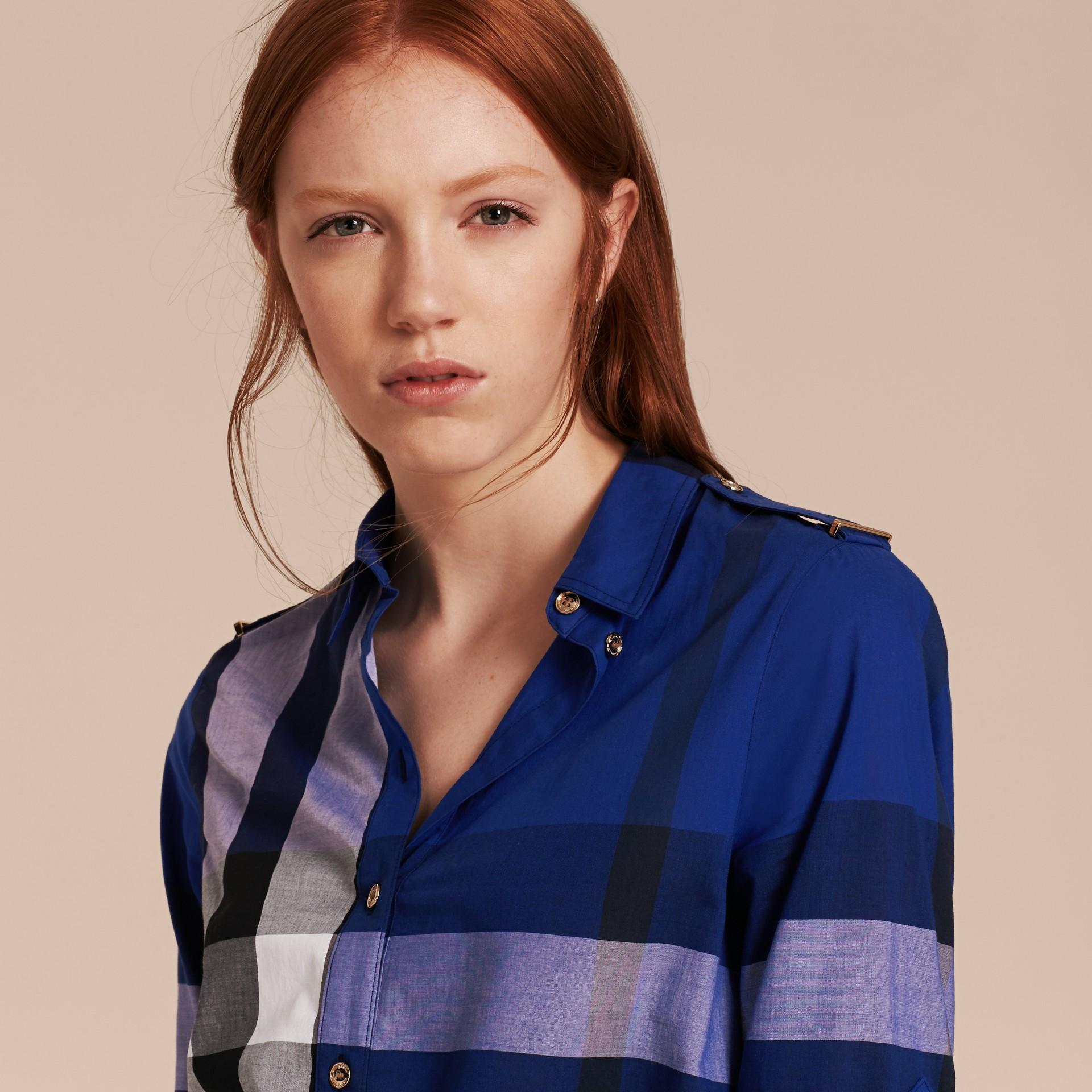 Glänzendes blau Hemdkleid aus Baumwolle im Karodesign Glänzendes Blau - Galerie-Bild 5