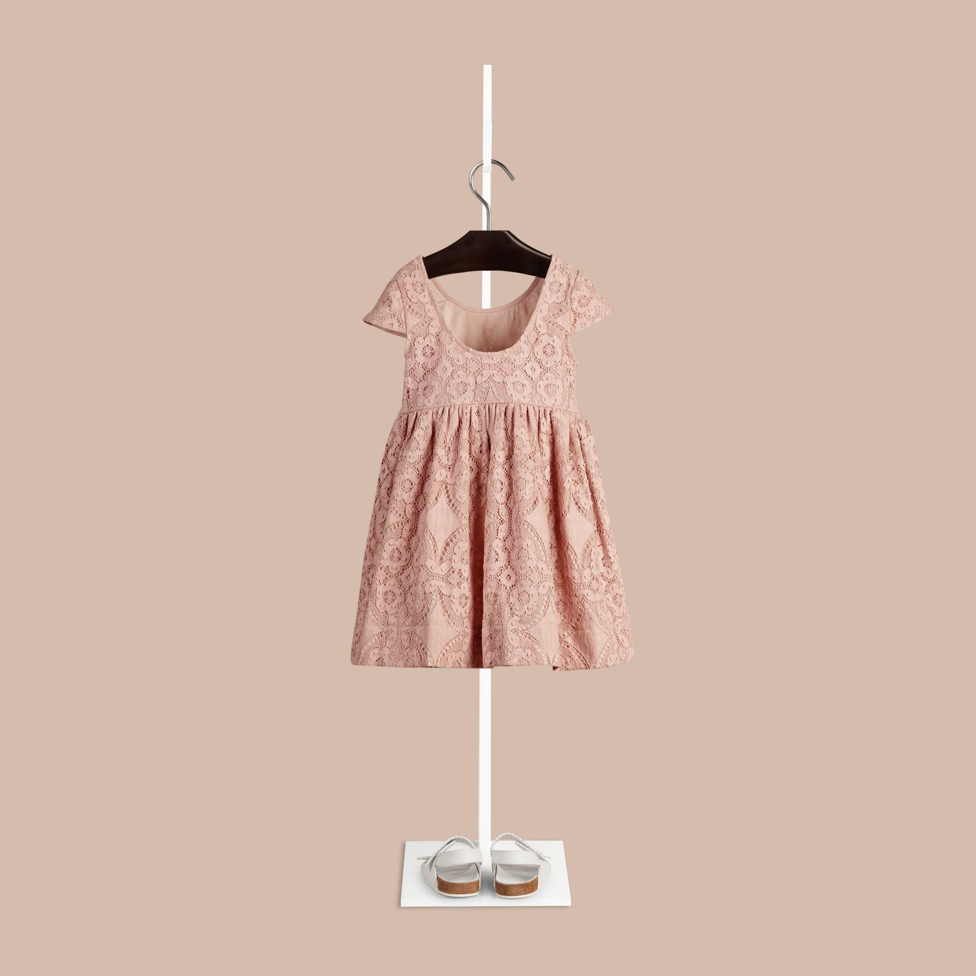 Distelfarben-rosa Kleid aus englischer Spitze mit Flügelärmeln Distelfarben-rosa - Galerie-Bild 2