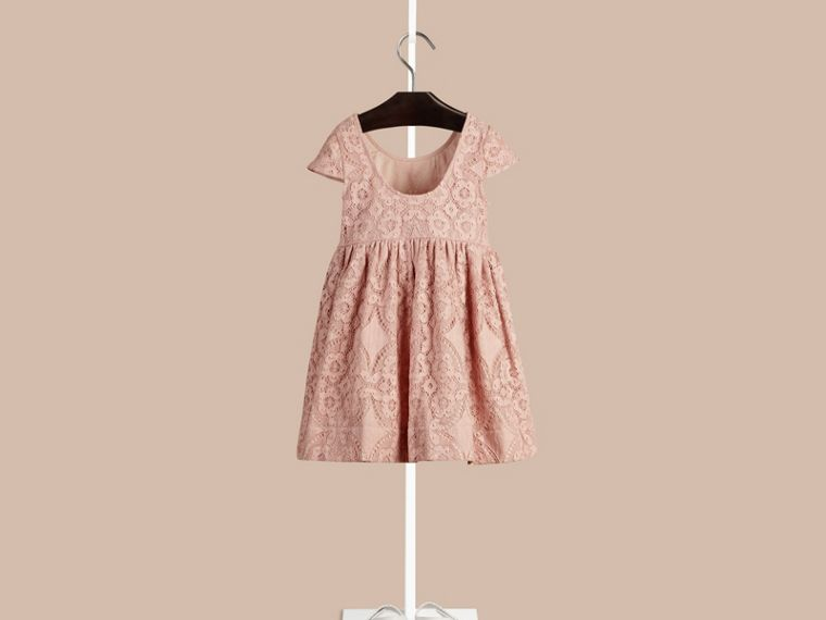 Distelfarben-rosa Kleid aus englischer Spitze mit Flügelärmeln Distelfarben-rosa - cell image 1