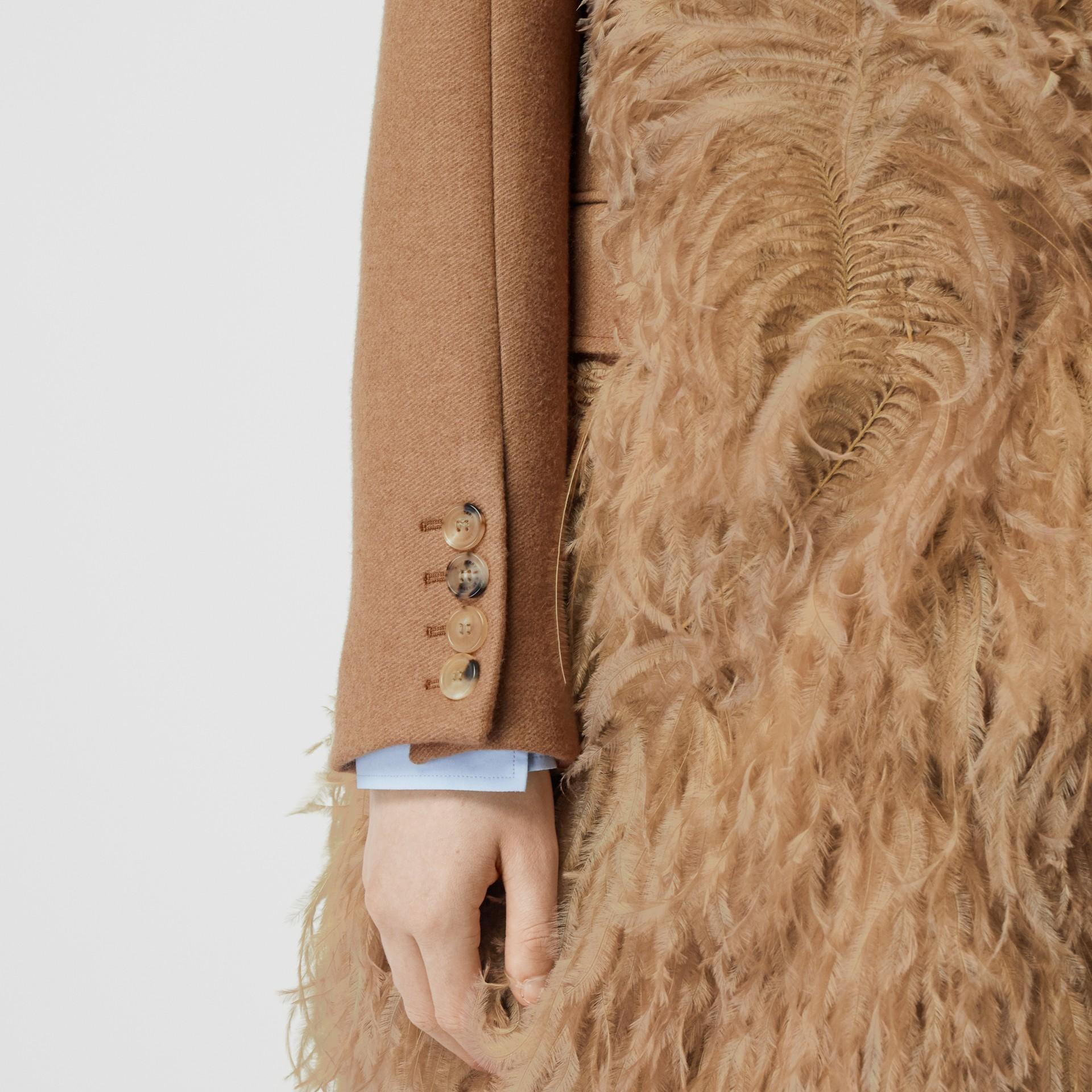 Abrigo de vestir en pelo de camello con detalle de plumas (Cámel) - Mujer | Burberry - imagen de la galería 4