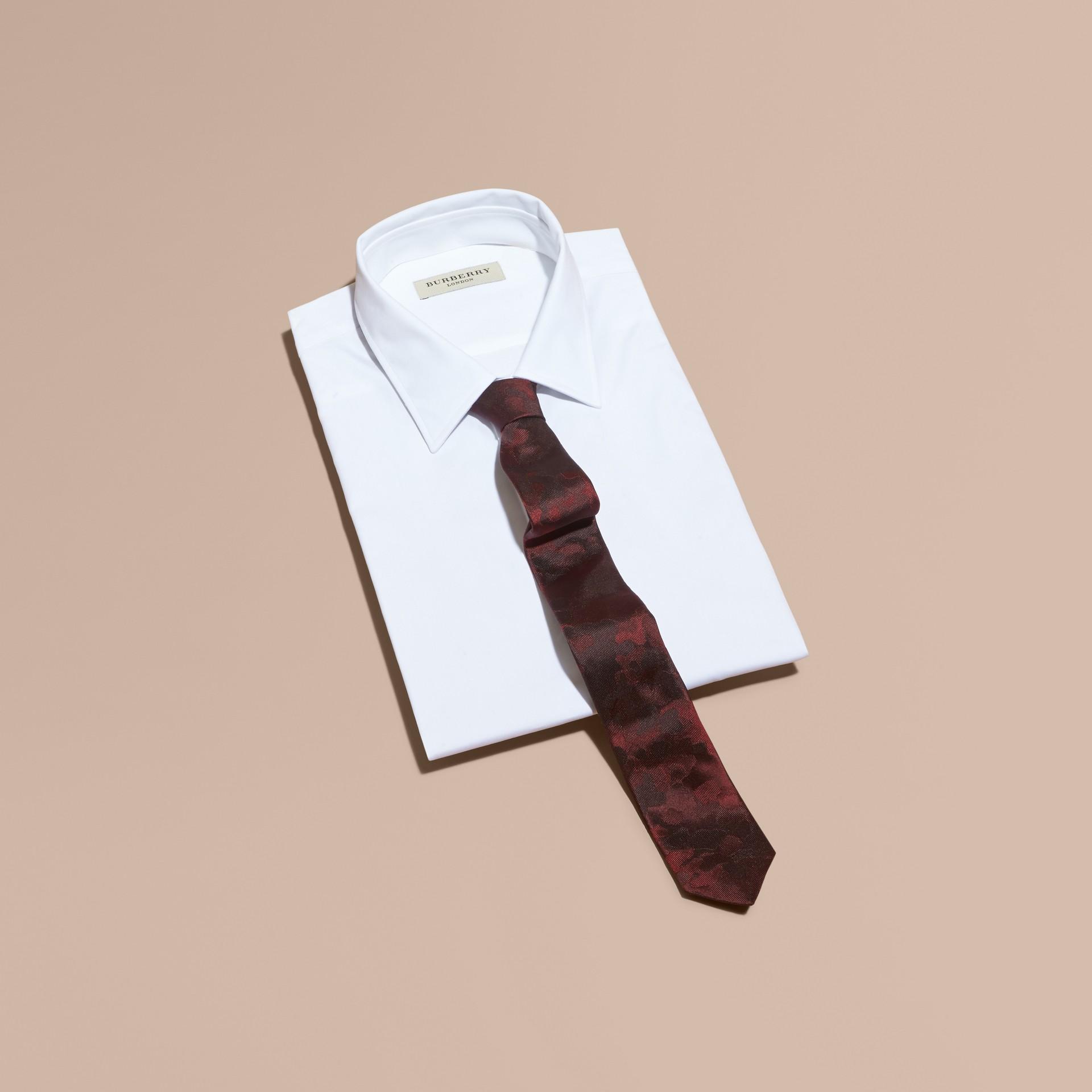 Rosso borgogna Cravatta dal taglio sottile in seta con motivo pittorico - immagine della galleria 3