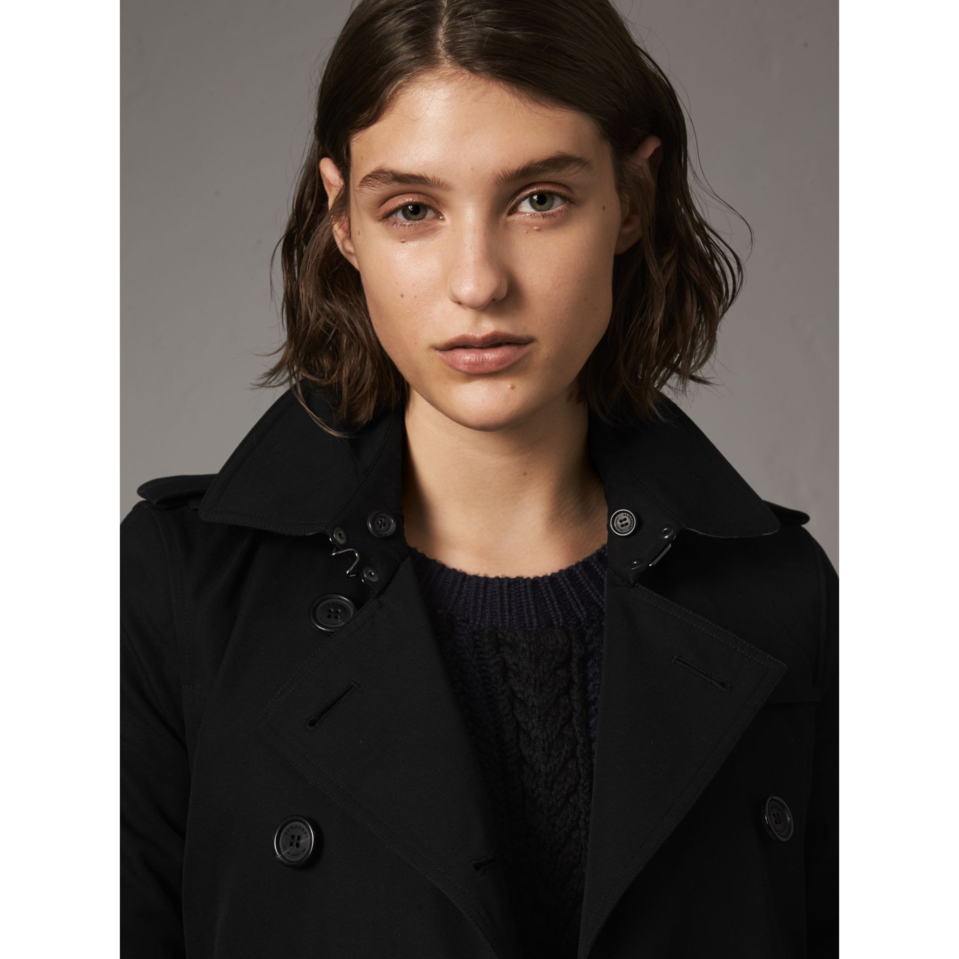 The Kensington – Short Heritage Trench Coat in Black - Women | Burberry - gallery image 5