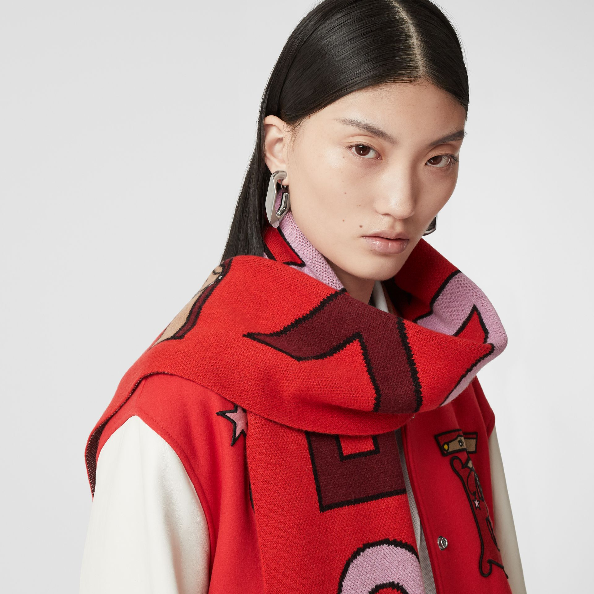 Logo and Monogram Motif Intarsia Cashmere Scarf in Bright Red | Burberry United Kingdom - gallery image 2