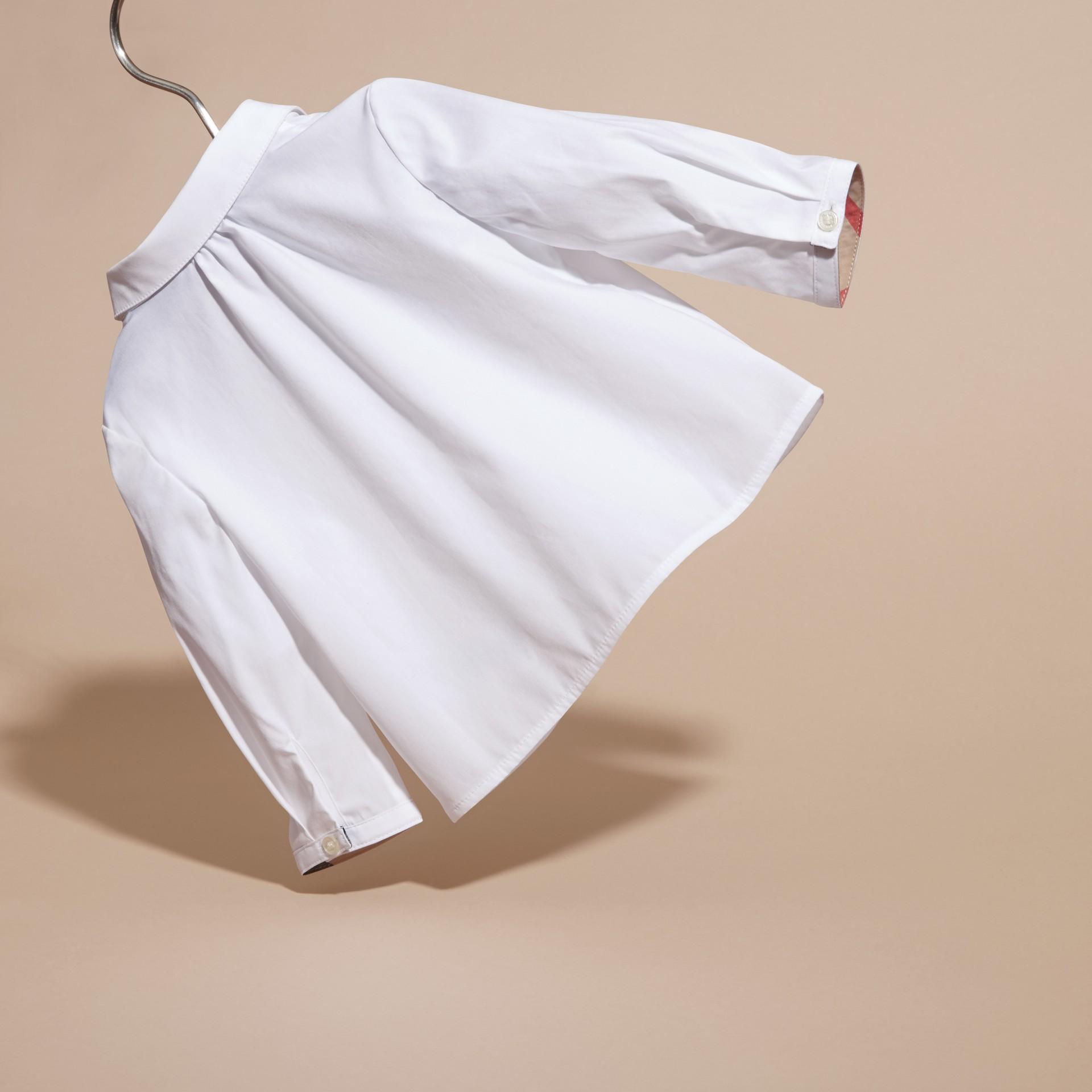 Blanco Camisa en algodón elástico con cuello Peter Pan - imagen de la galería 4