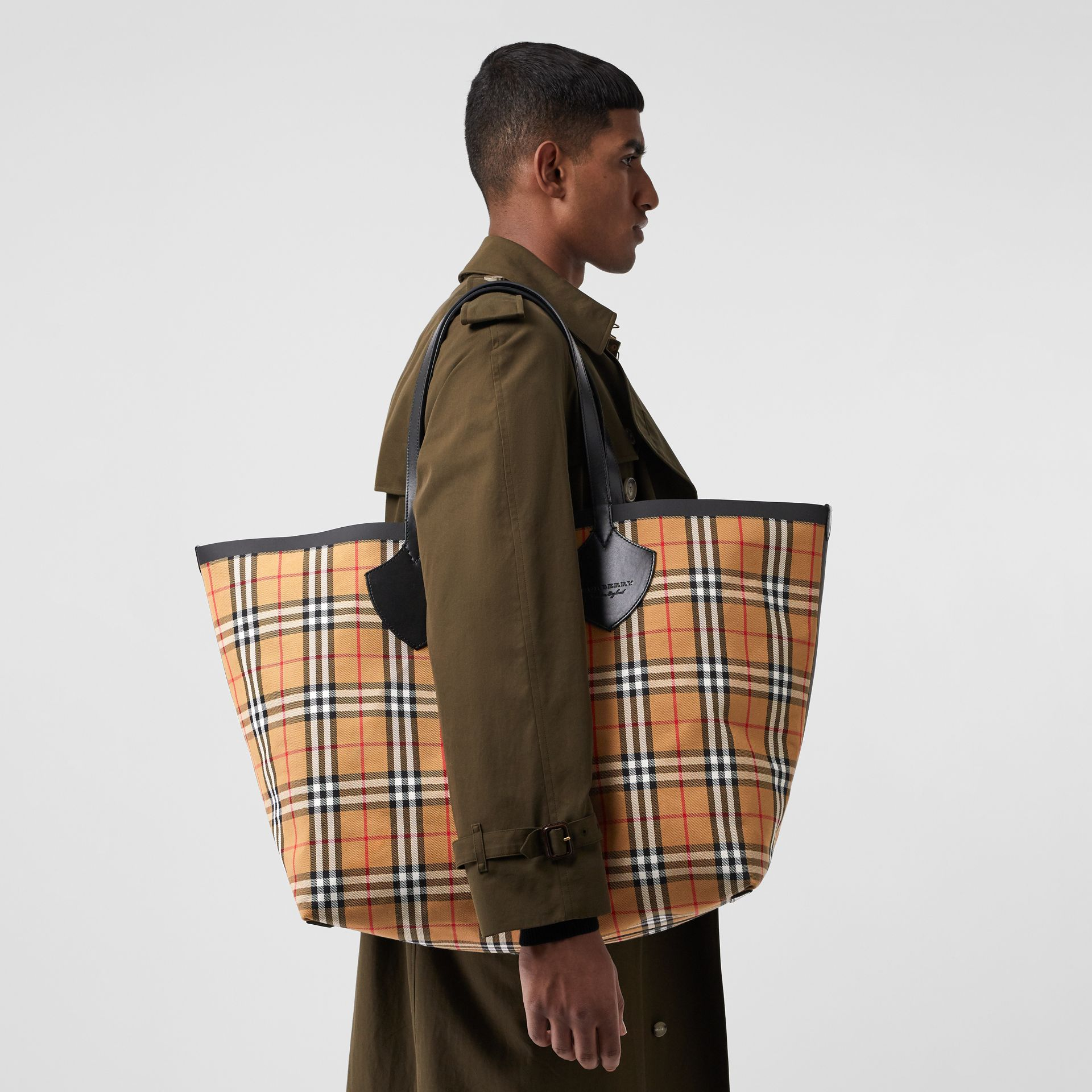 The Giant Reversible Tote in Vintage Check in Antique Yellow | Burberry - gallery image 5