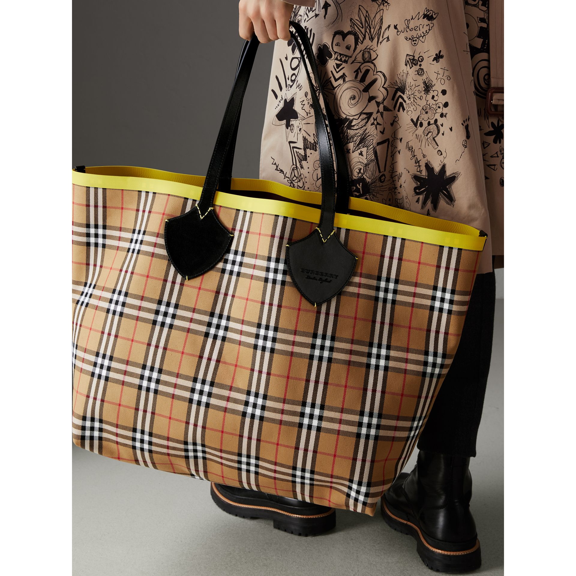 The Giant Reversible Tote in Vintage Check and Leather in Mahogany Red/antique Yellow | Burberry - gallery image 4