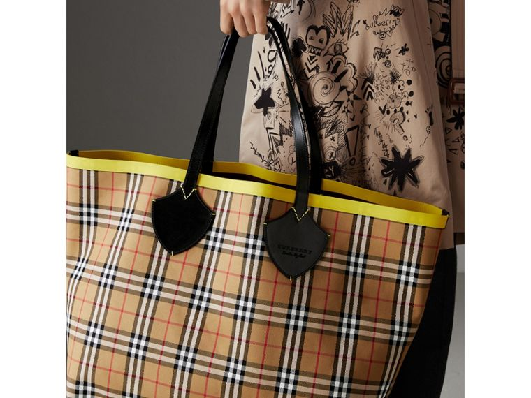 The Giant Reversible Tote in Vintage Check and Leather in Mahogany Red/antique Yellow | Burberry Hong Kong - cell image 4