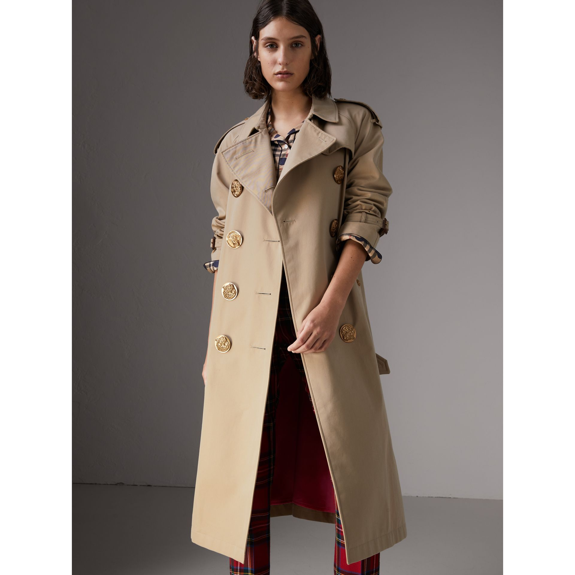 Trench coat in gabardine di cotone con bottoni decorati (Miele) - Donna | Burberry - immagine della galleria 5