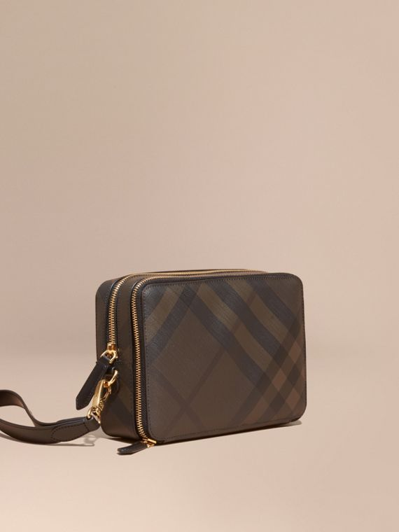 Pochette con motivo London check e finiture in pelle