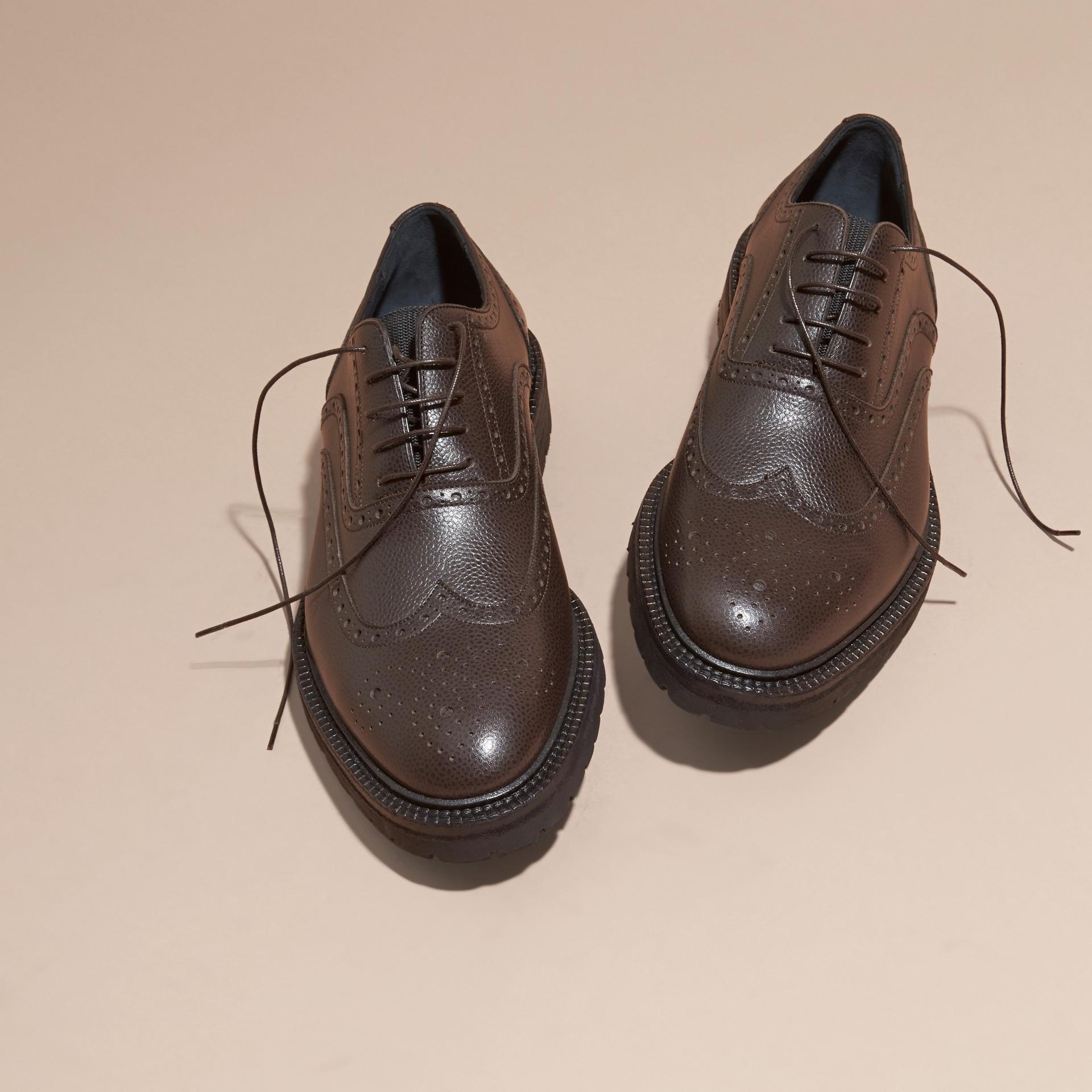 Chocolat amer Chaussures Richelieu en cuir grené à bout golf avec semelles en caoutchouc Chocolat Amer - photo de la galerie 3