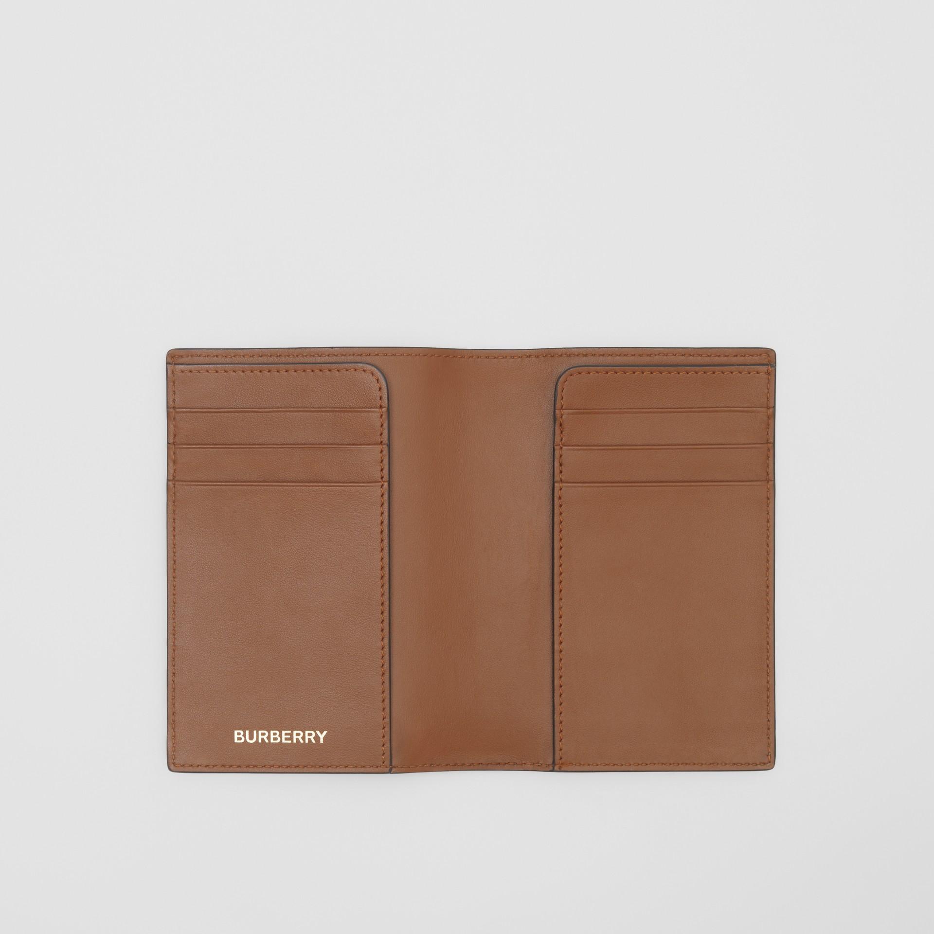 Porta-passaporte de lona ecológica com estampa de monograma (Castanho Couro) - Homens | Burberry - galeria de imagens 2