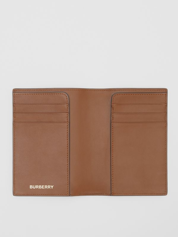 Porta-passaporte de lona ecológica com estampa de monograma (Castanho Couro) - Homens | Burberry - cell image 2