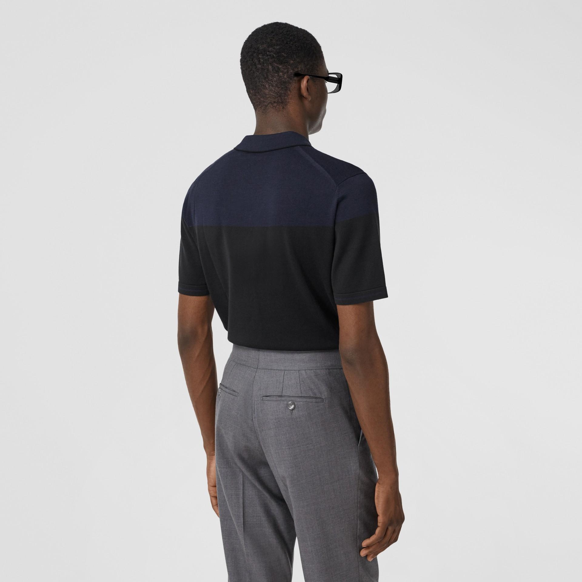 モノグラムモチーフ ツートン シルクカシミア ポロシャツ (ブラック/ネイビー) - メンズ | バーバリー - ギャラリーイメージ 2