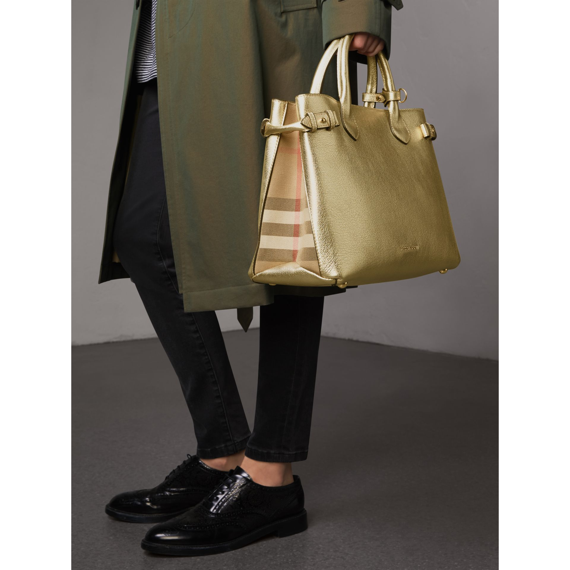 Sac The Banner moyen en cuir et coton House check (Or) - Femme | Burberry - photo de la galerie 3