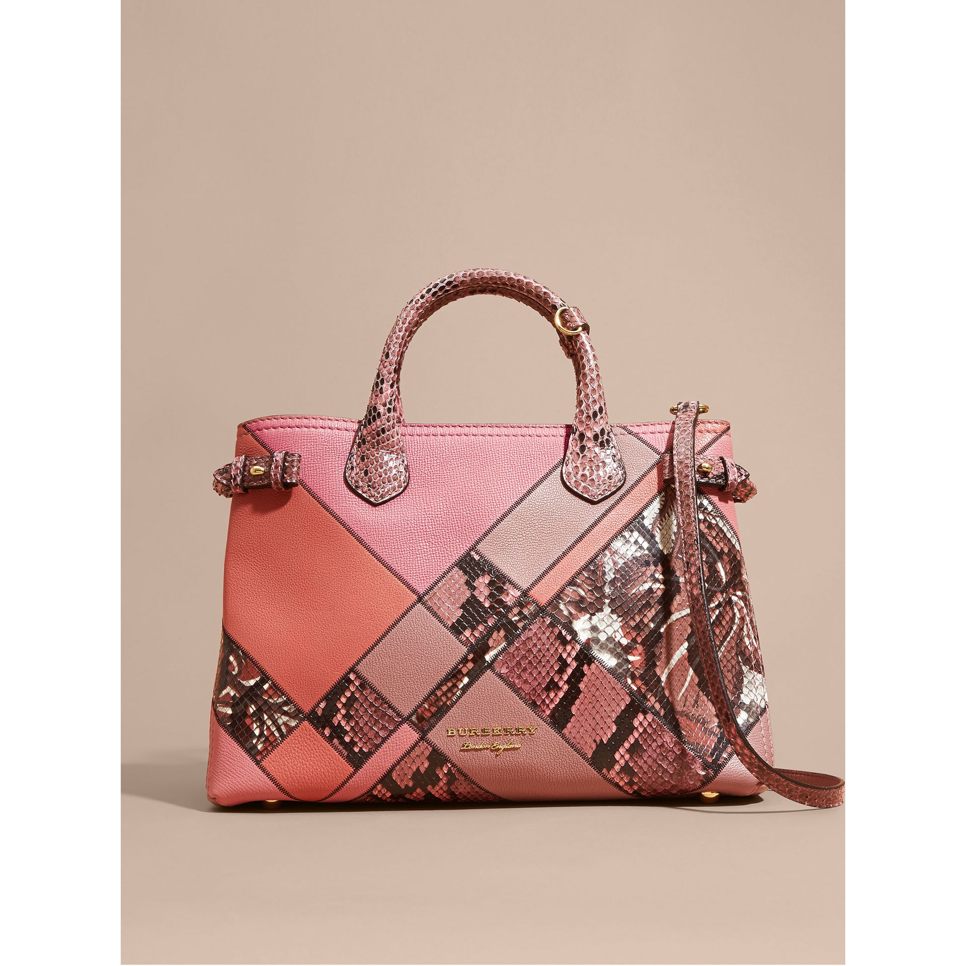 Sac The Banner medium en cuir et python façon patchwork (Rose Cendré) - Femme | Burberry Canada - photo de la galerie 7