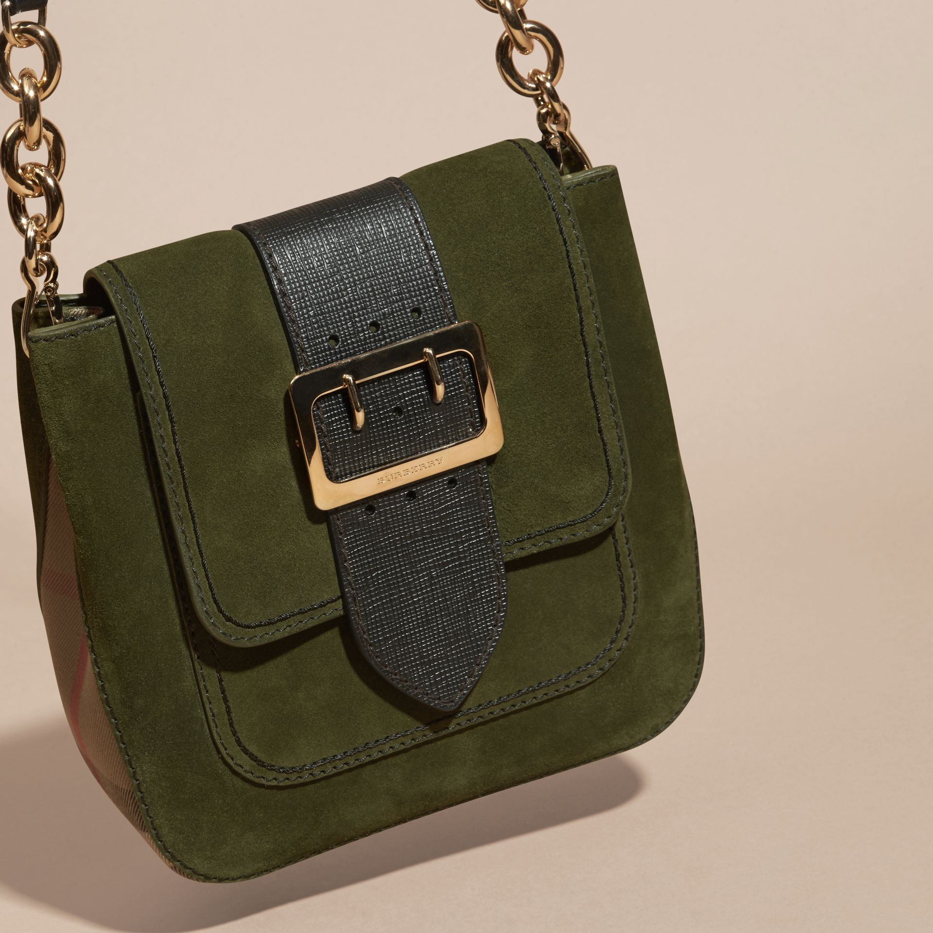 Verde militare Borsa The Buckle media quadrata in pelle scamosciata inglese e motivo House check - immagine della galleria 5