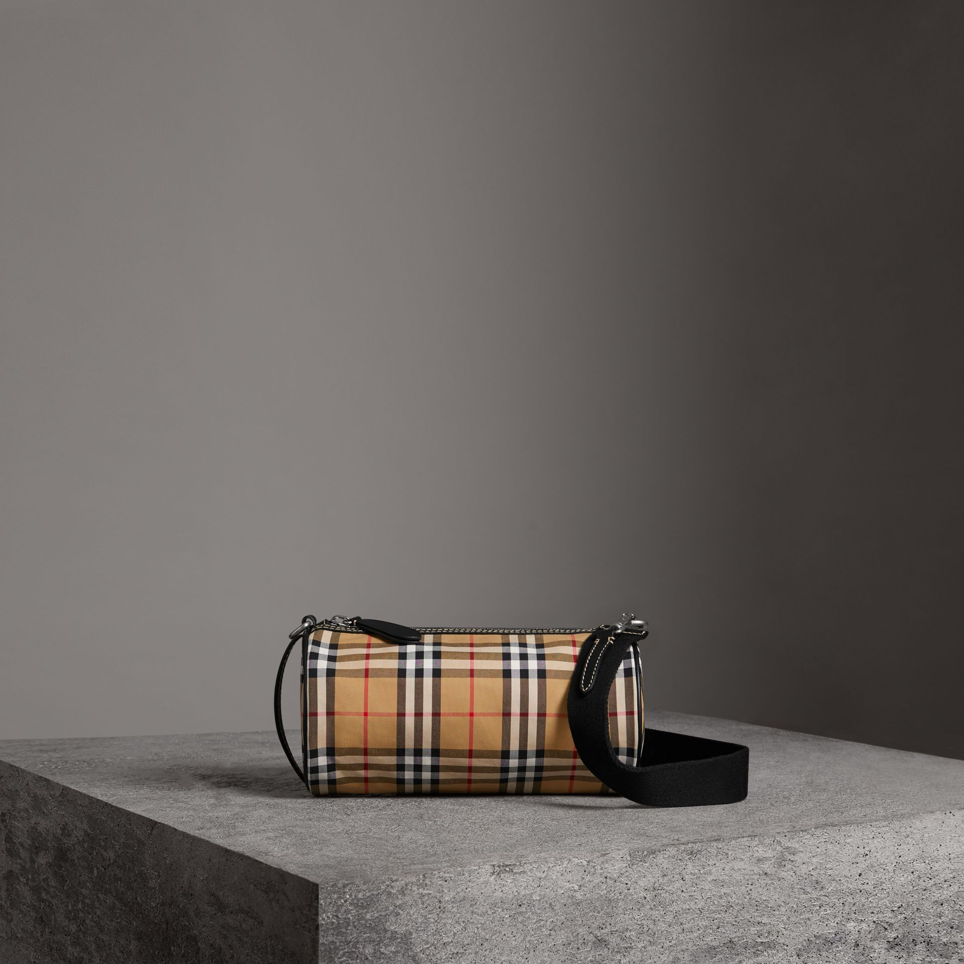 The Small Barrel Bag aus Vintage Check-Gewebe und Leder (Antikgelb) - Damen | Burberry - Galerie-Bild 0