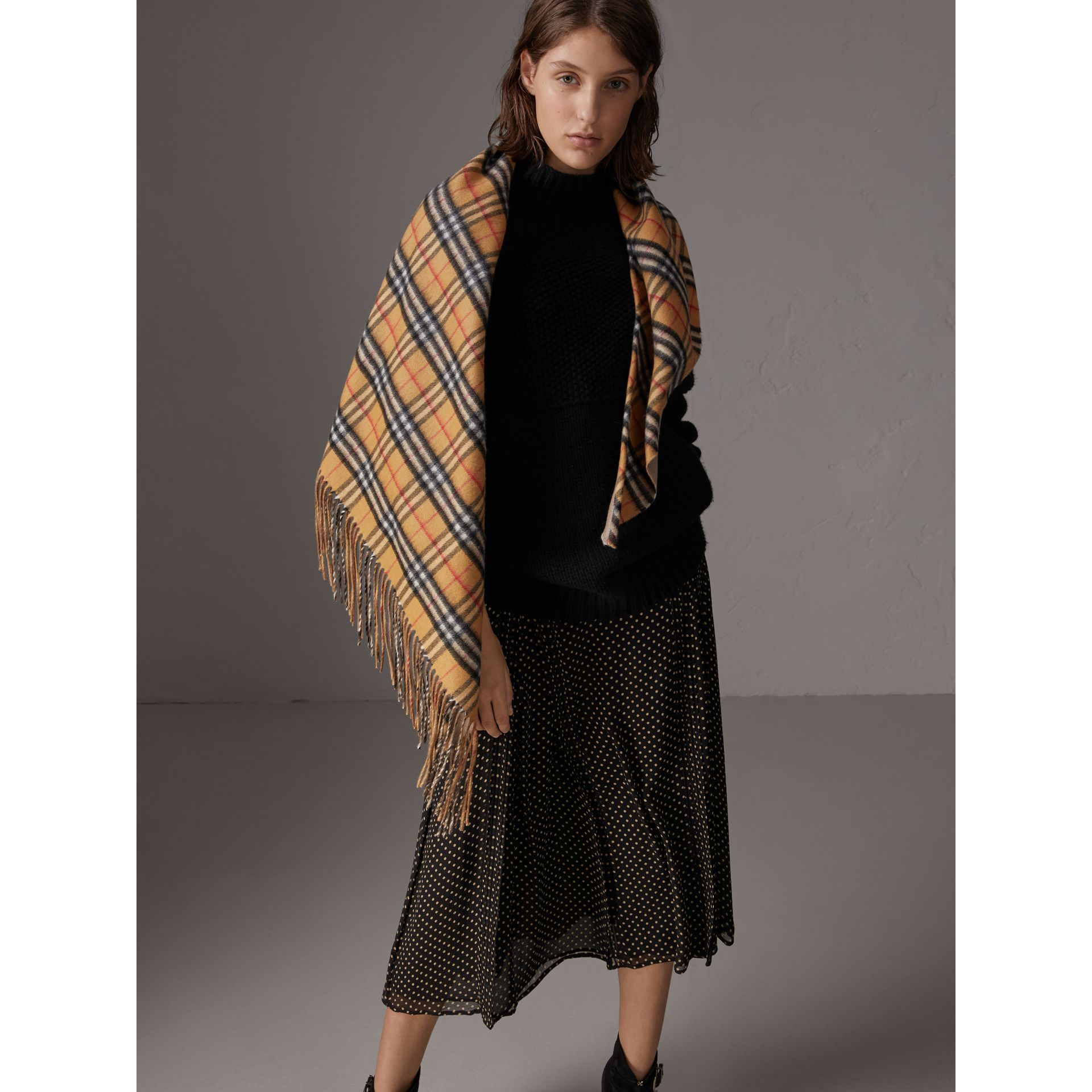 The Burberry Bandana in cashmere con motivo Vintage check (Arenaria) | Burberry - immagine della galleria 5