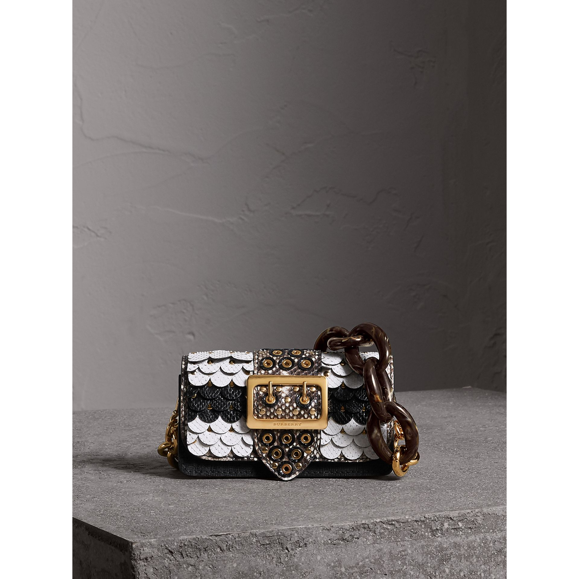 The Small Buckle Bag mit Natternlederpanels im Bogendesign (Schwarz/weiss) - Damen | Burberry - Galerie-Bild 1
