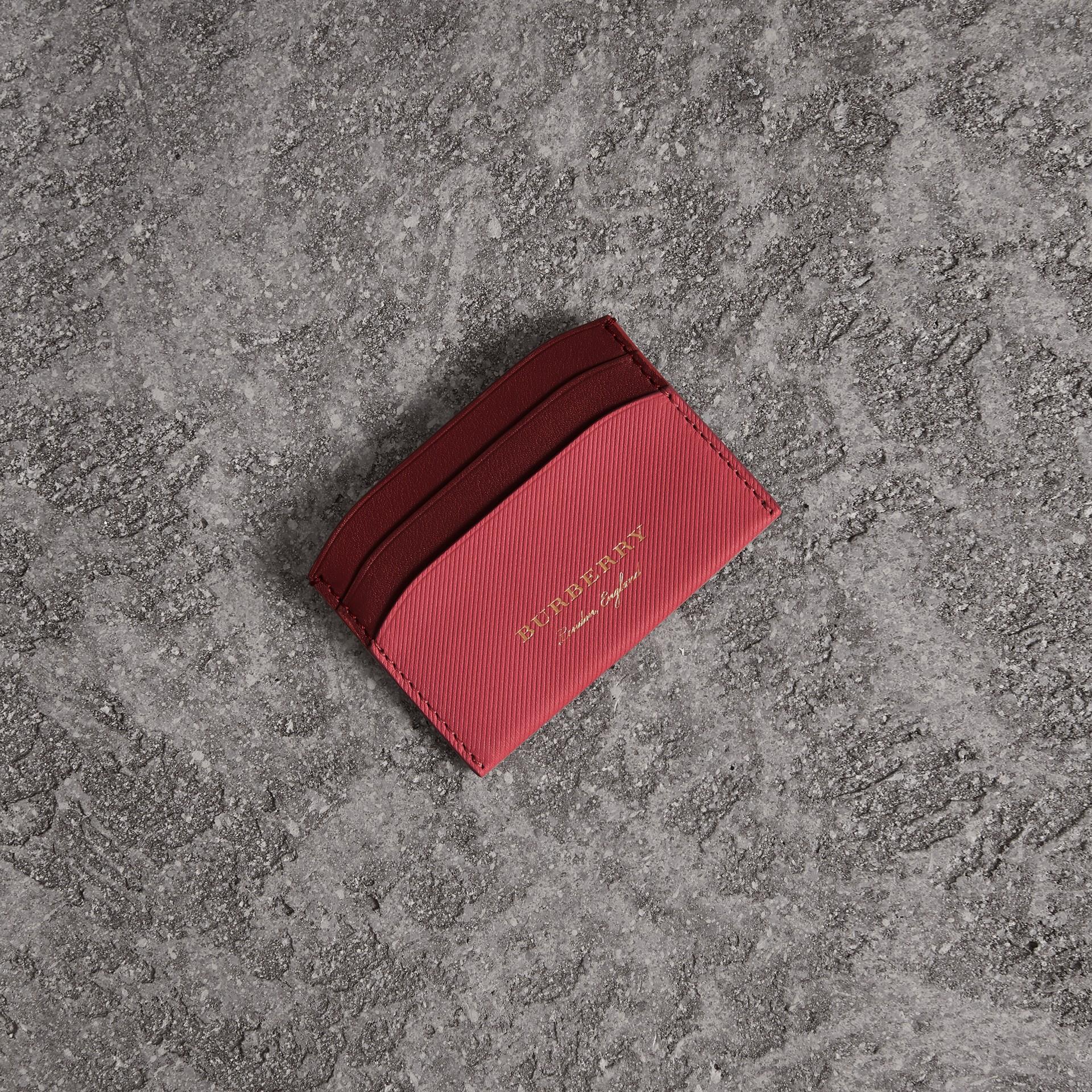 ツートン トレンチレザー カードケース (ブロッサムピンク/アンティークレッド) | バーバリー - ギャラリーイメージ 0