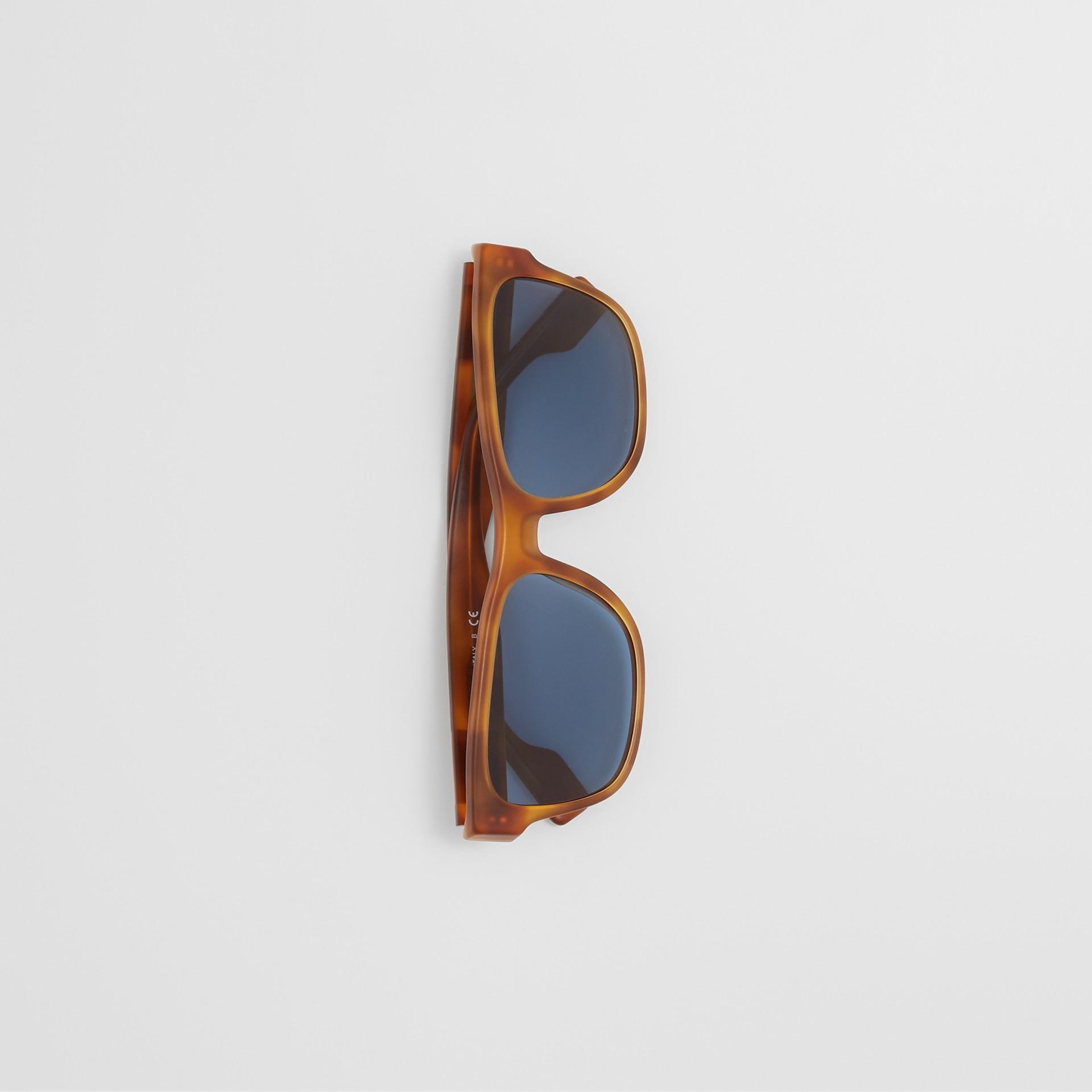 Óculos de sol com armação quadrada e logotipo (Âmbar  Efeito Casco  Tartaruga) - Homens | Burberry - galeria de imagens 2