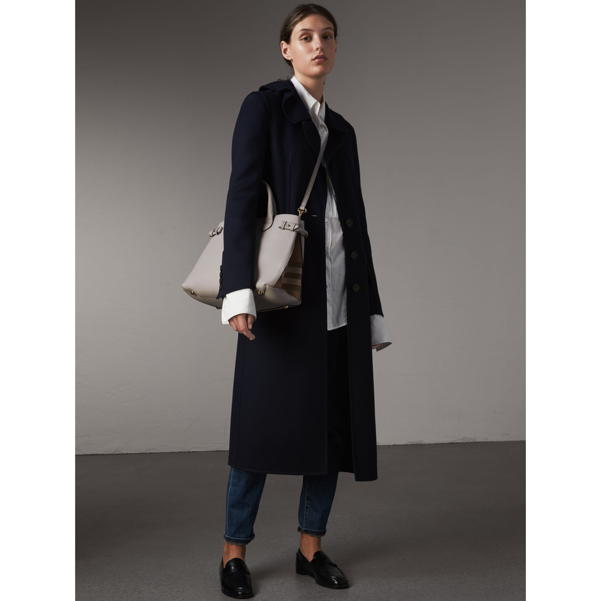 Sac The Banner medium en cuir et coton House check (Camaïeu De Gris Clairs) - Femme | Burberry - photo de la galerie 2
