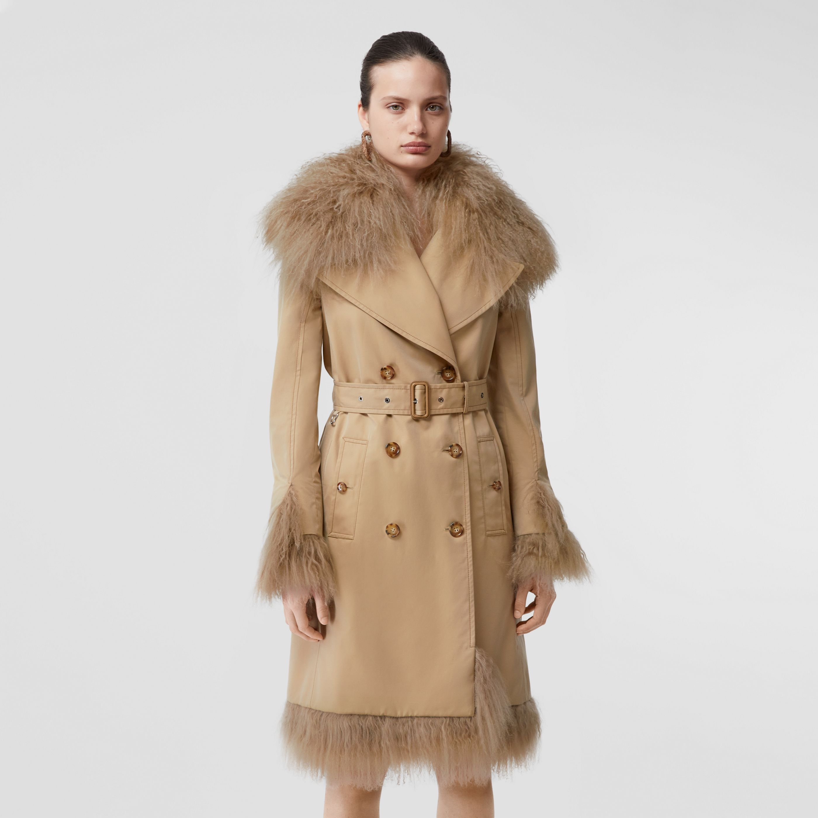 Trench in gabardine di cotone con cintura e finiture in shearling (Miele) - Donna | Burberry - 1