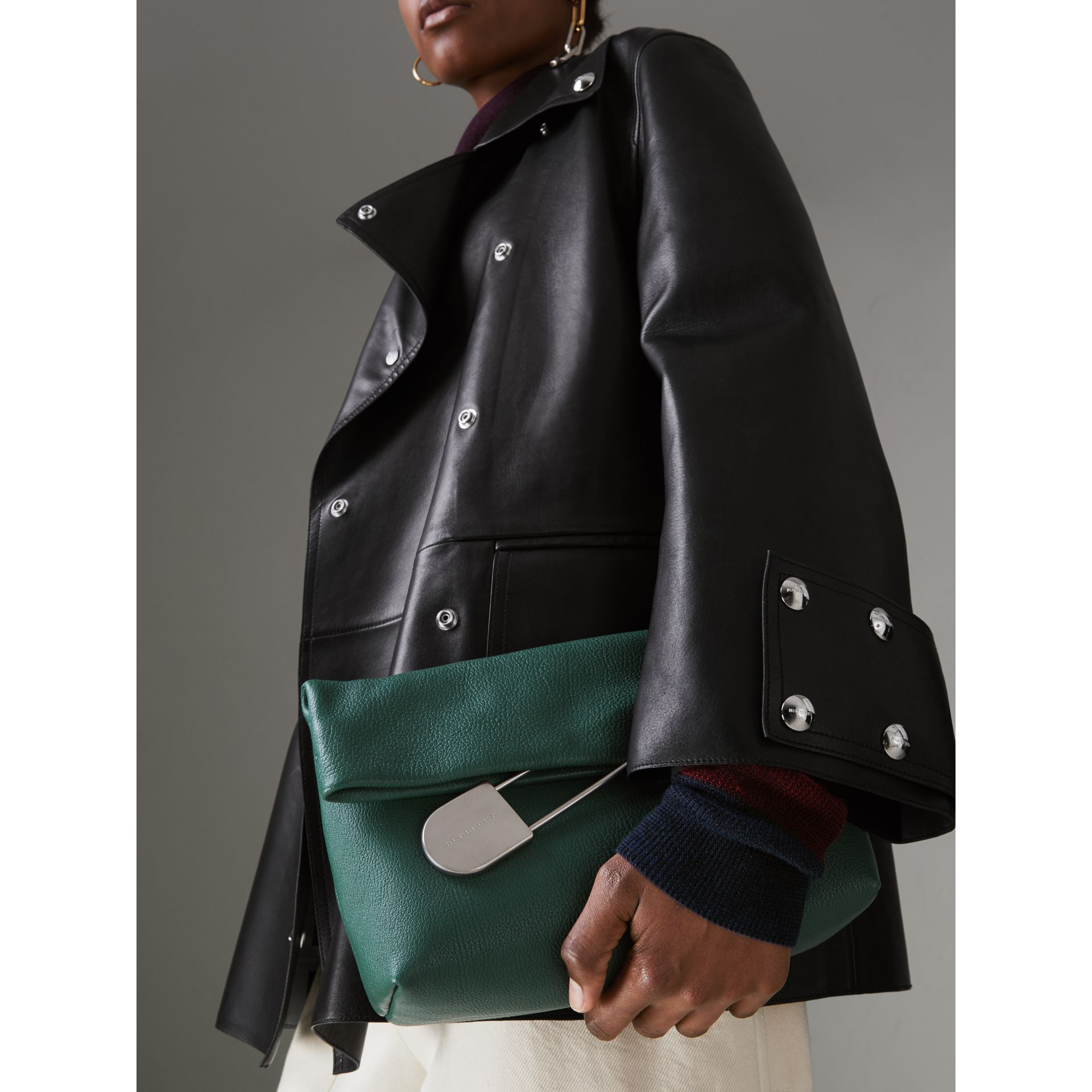 Clutch The Pin moyen en cuir (Vert Marin) - Femme | Burberry Canada - photo de la galerie 2