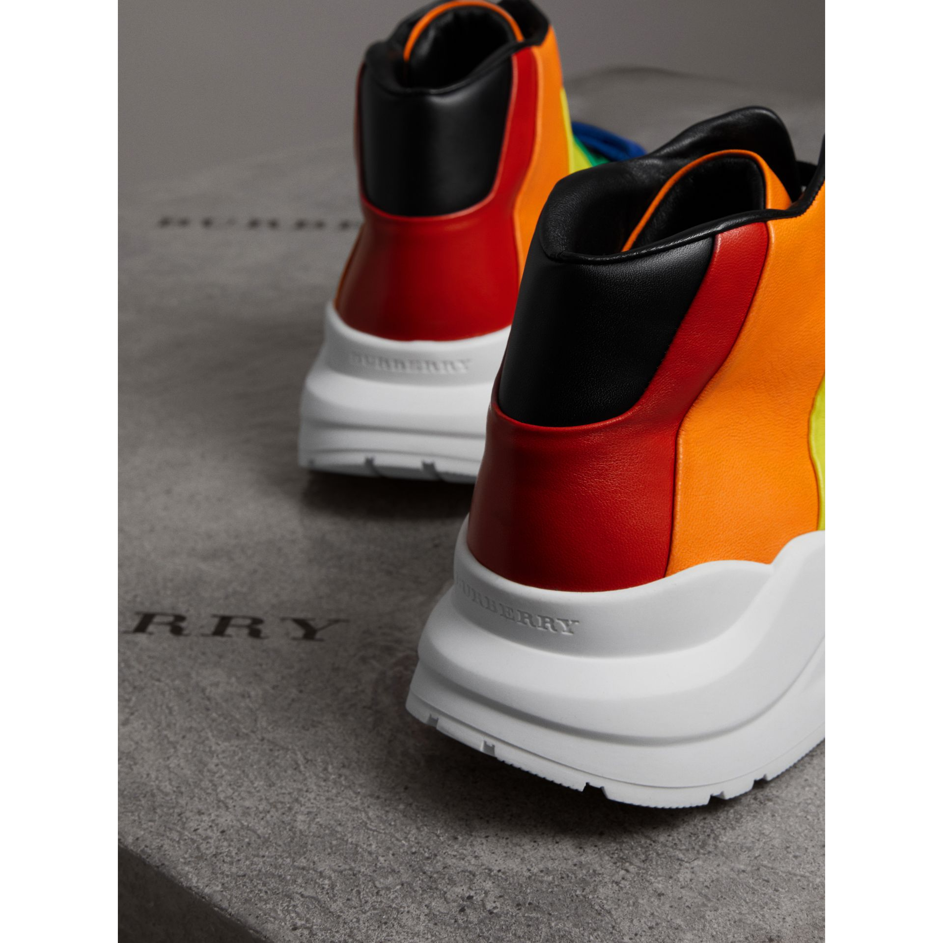 Sneakers montantes en cuir arc-en-ciel | Burberry - photo de la galerie 3