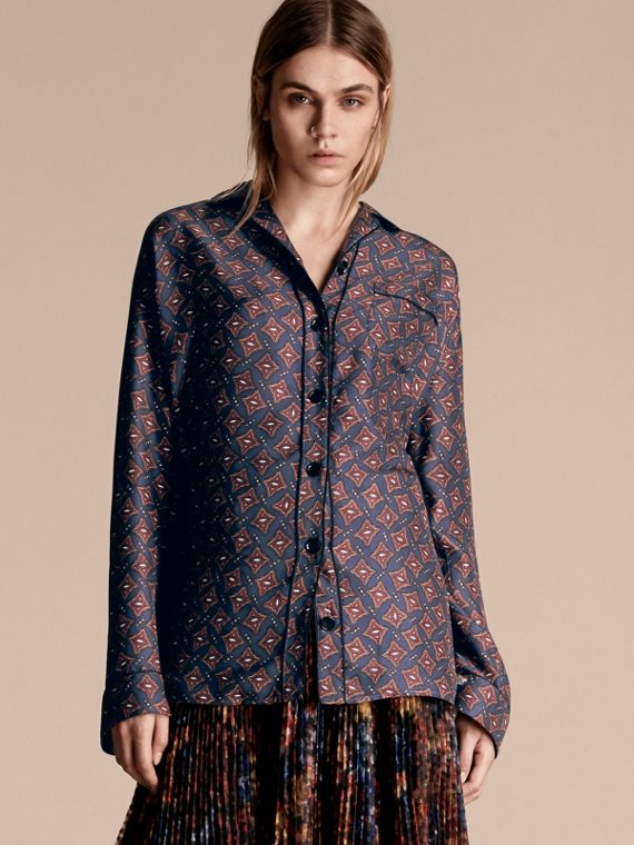 Camisa estilo pijama de seda com mangas longas e estampa geométrica