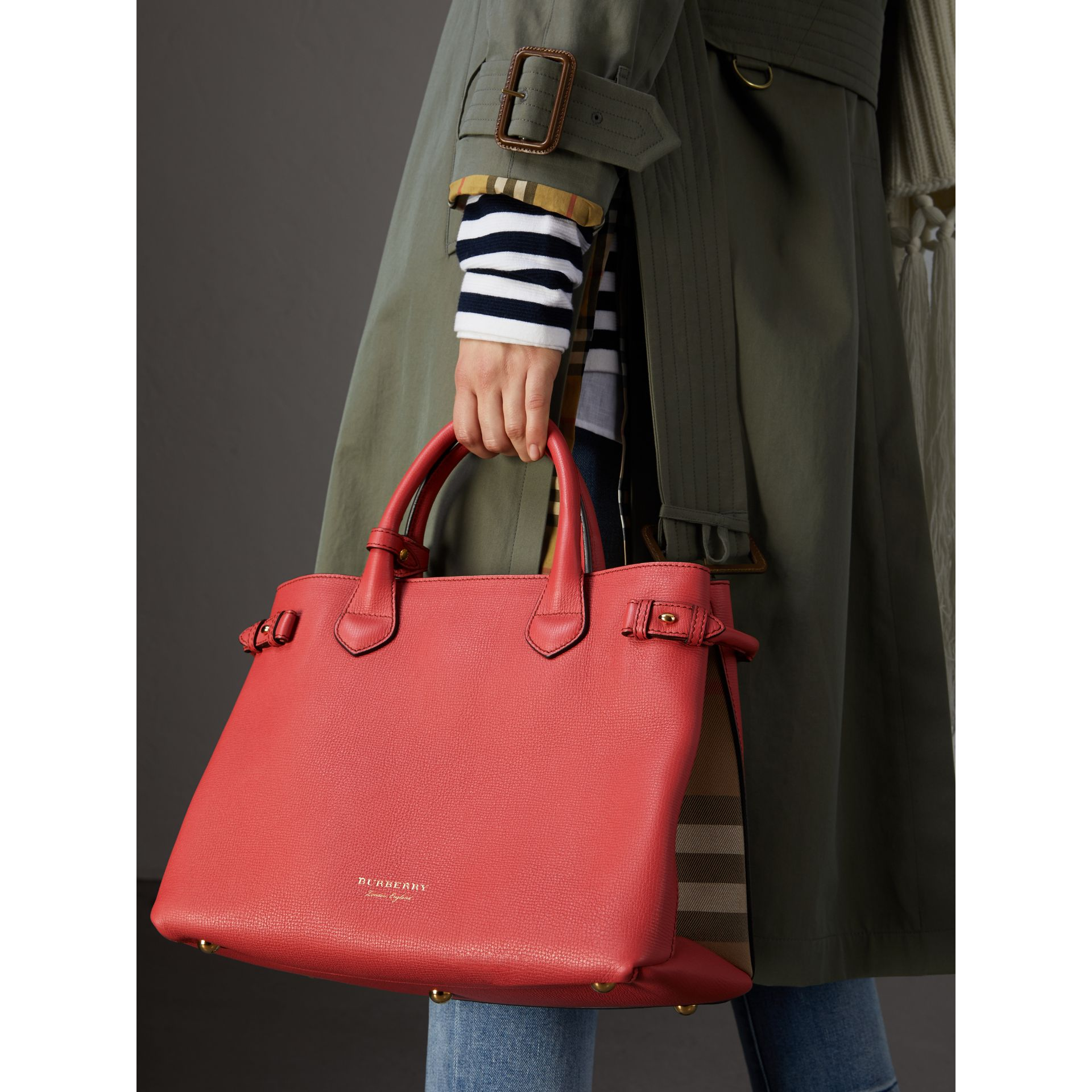 Sac The Banner moyen en cuir et coton House check (Cannelle Rouge) - Femme | Burberry - photo de la galerie 2