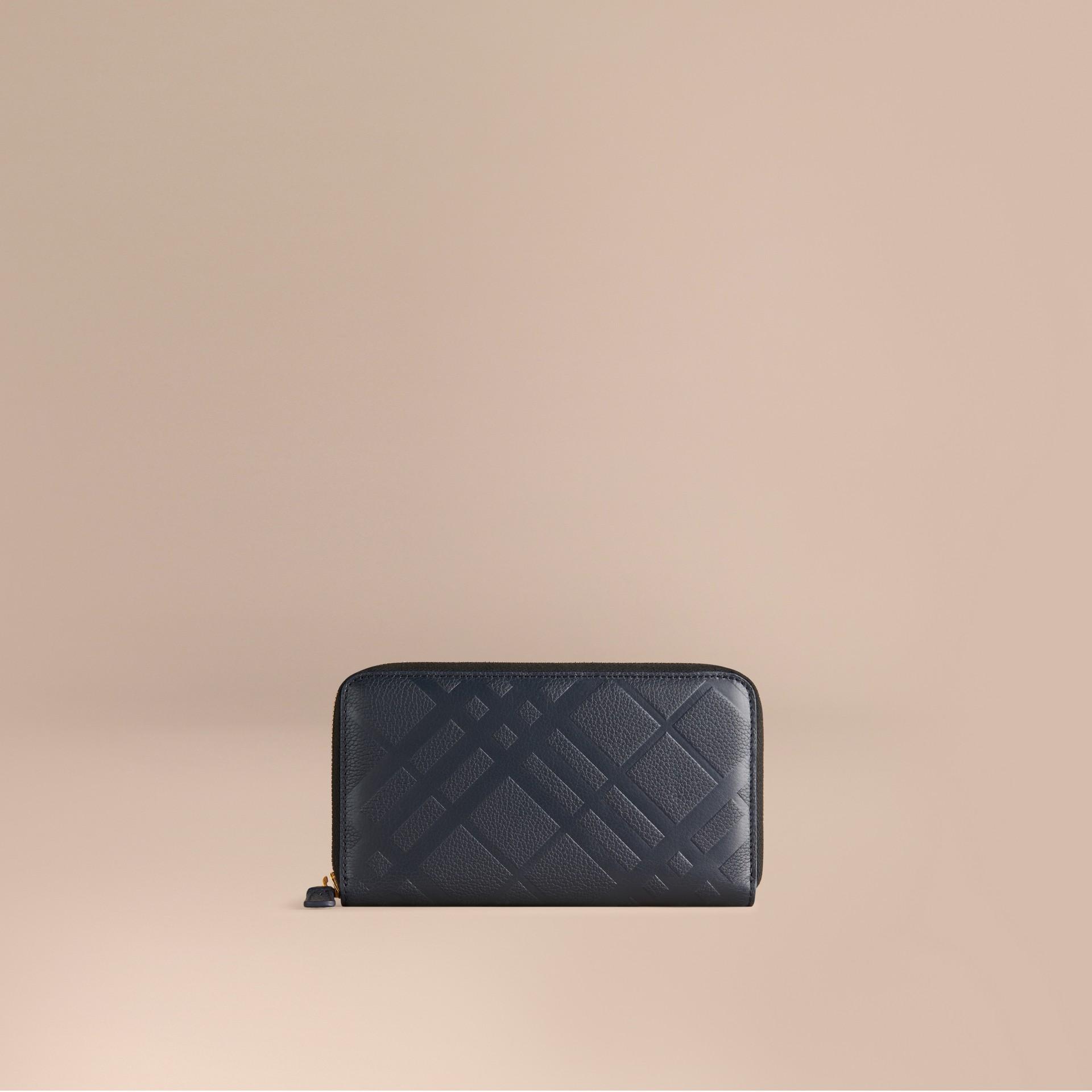 Azul estanho escuro Carteira de couro com zíper em toda a volta e padrão xadrez em relevo Azul Estanho Escuro - galeria de imagens 1