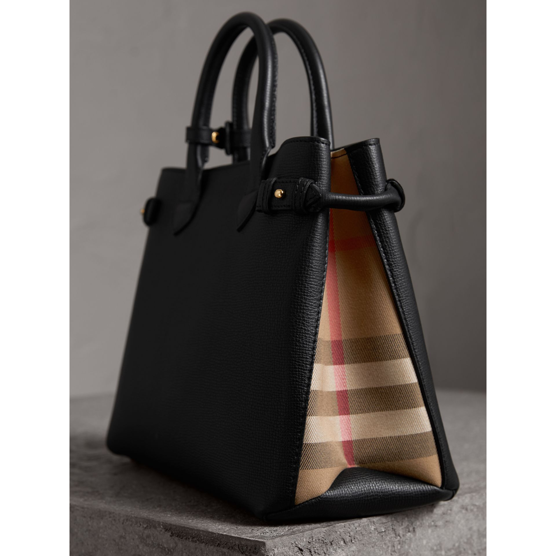 Sac The Banner moyen en cuir et coton House check (Noir) - Femme | Burberry Canada - photo de la galerie 1