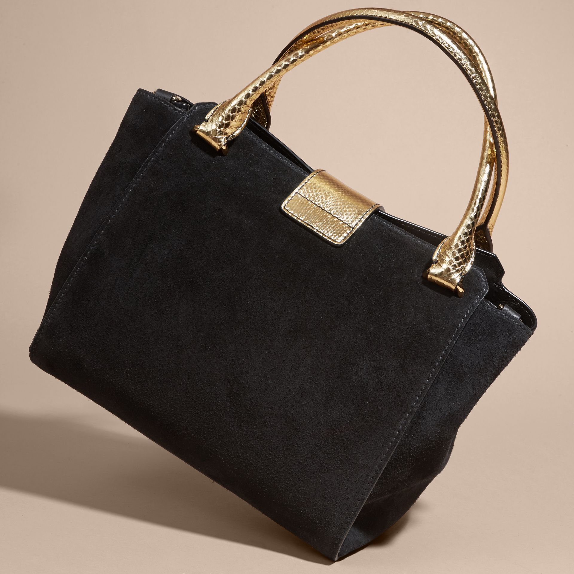 Sac tote The Buckle moyen en cuir velours et peau de serpent (Noir/or) - Femme | Burberry - photo de la galerie 4