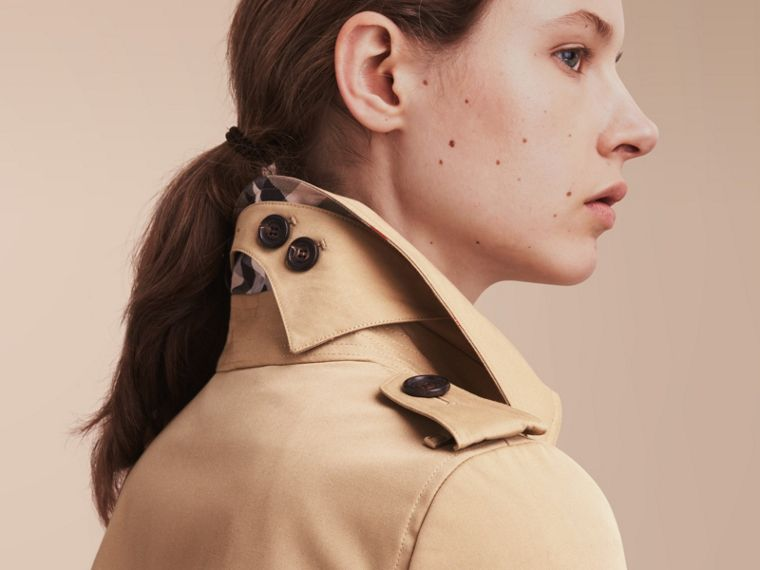 The Chelsea – Short Heritage Trench Coat in Honey - Women | Burberry Hong Kong - cell image 4