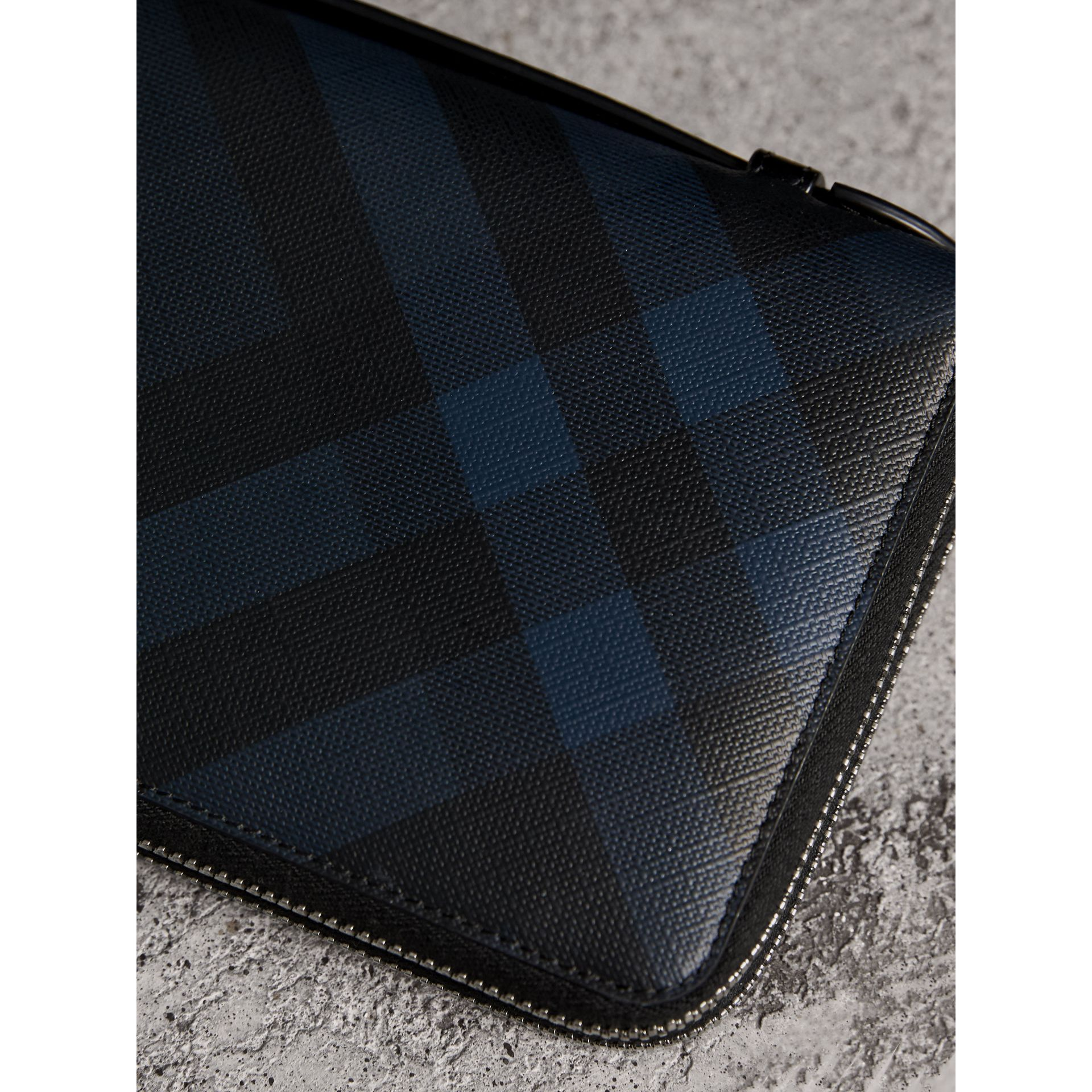 London Check Travel Wallet in Navy/black - Men | Burberry Hong Kong - gallery image 2