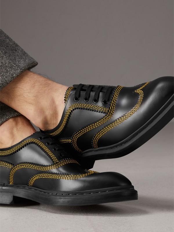 Zapatos tipo Derby en piel con pespuntes (Negro) - Hombre | Burberry - cell image 2