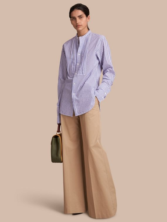 Gestreiftes Unisex-Baumwollhemd mit Stehkragen und Faltendetail