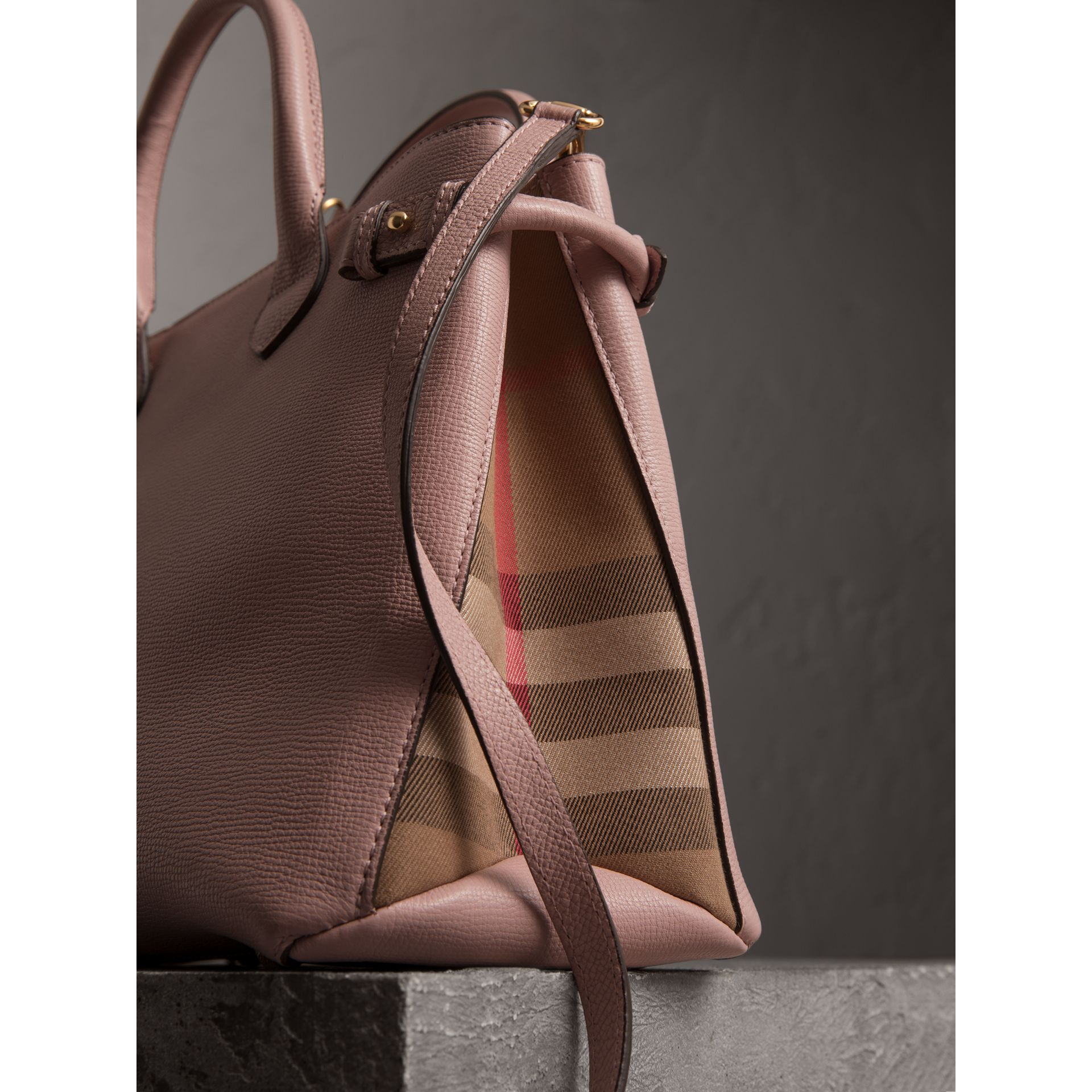 Sac The Banner medium en cuir et coton House check (Orchidée Pâle) - Femme | Burberry Canada - photo de la galerie 1