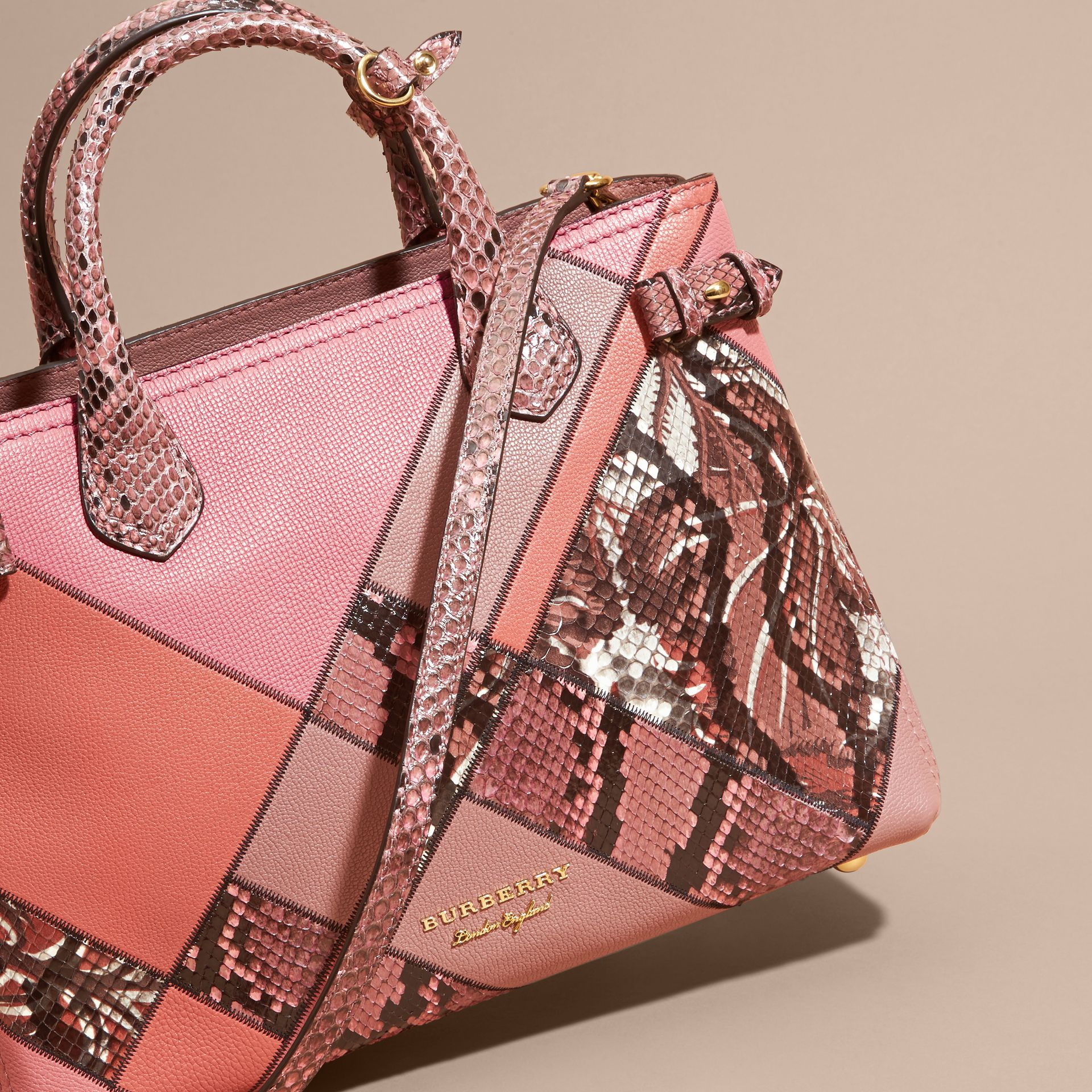 Sac The Banner medium en cuir et python façon patchwork (Rose Cendré) - Femme | Burberry - photo de la galerie 7