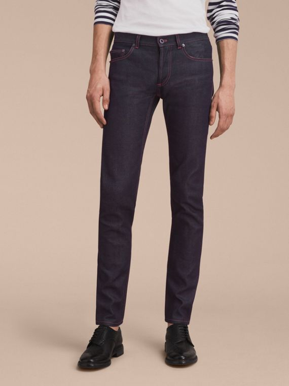 Körperbetonte Jeans aus Raw Denim in Indigo